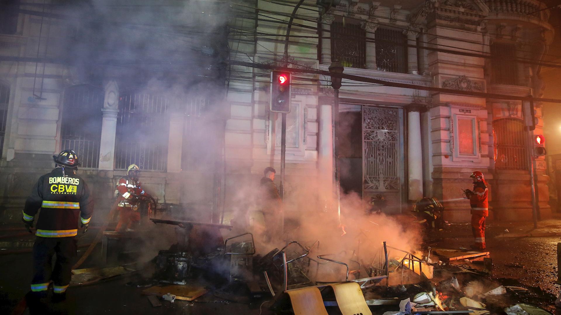 Los manifestantes rompieron la enorme puerta del antiguo edificio del periódico fundado en 1827, ubicado en pleno centro del puerto turístico de Valparaíso y quemaron el interior.