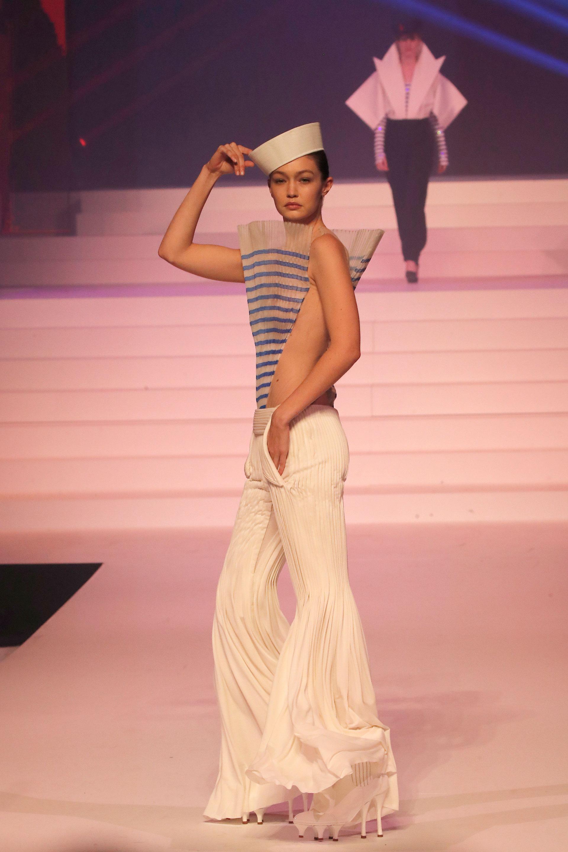 La top model Gigi Hadid dijo presente en el último desfile de Jean Paul Gaultier en París de alta costura. Para ello lució un diseño de pantalón plisado y un top a rayas característico del diseñador francés al estilo marinero