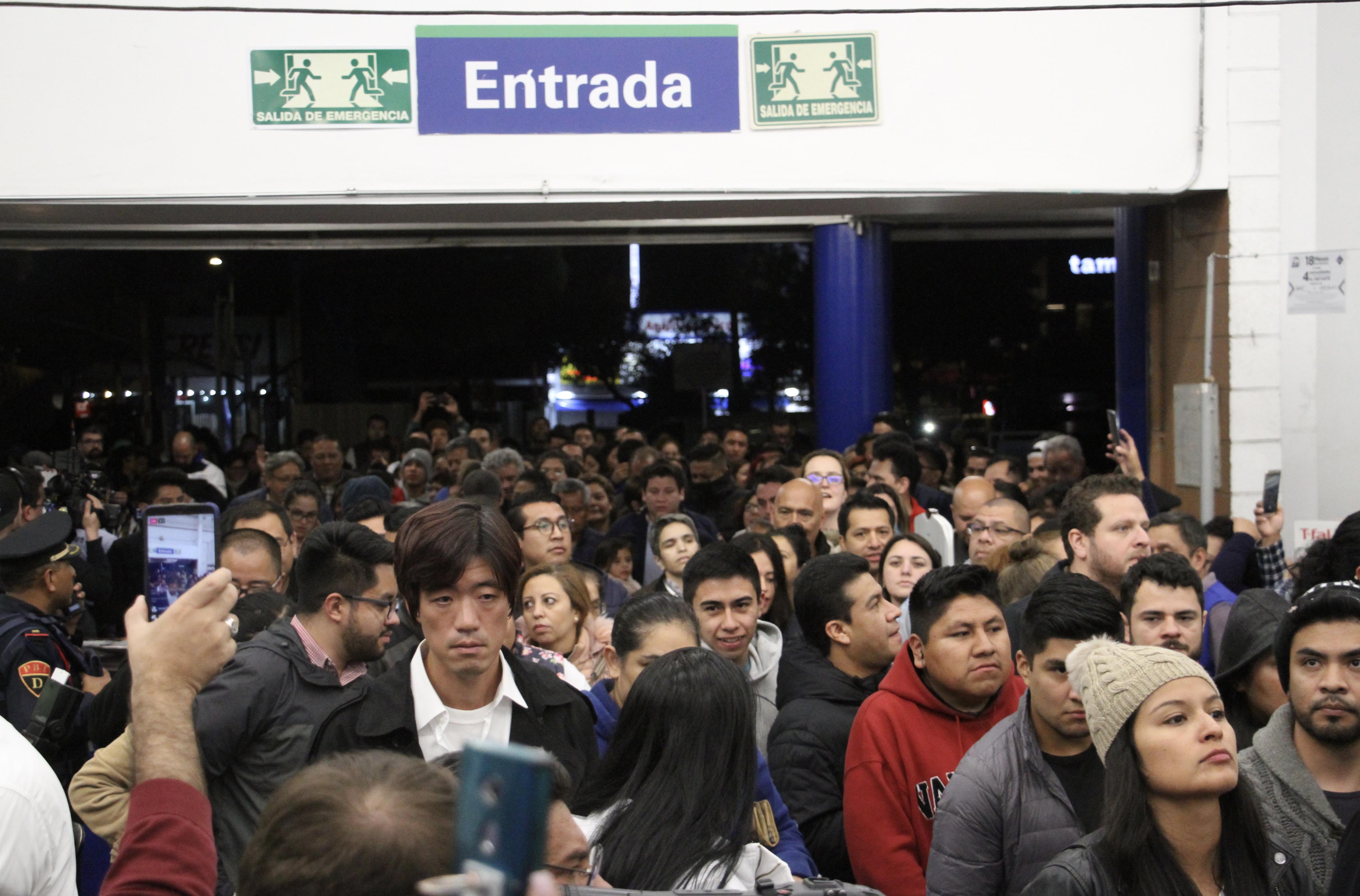 Las personas se arremolina en la entrada de las tiendas departamentales con tal de ser los primeros en entrar (Foto: Cuartoscuro)