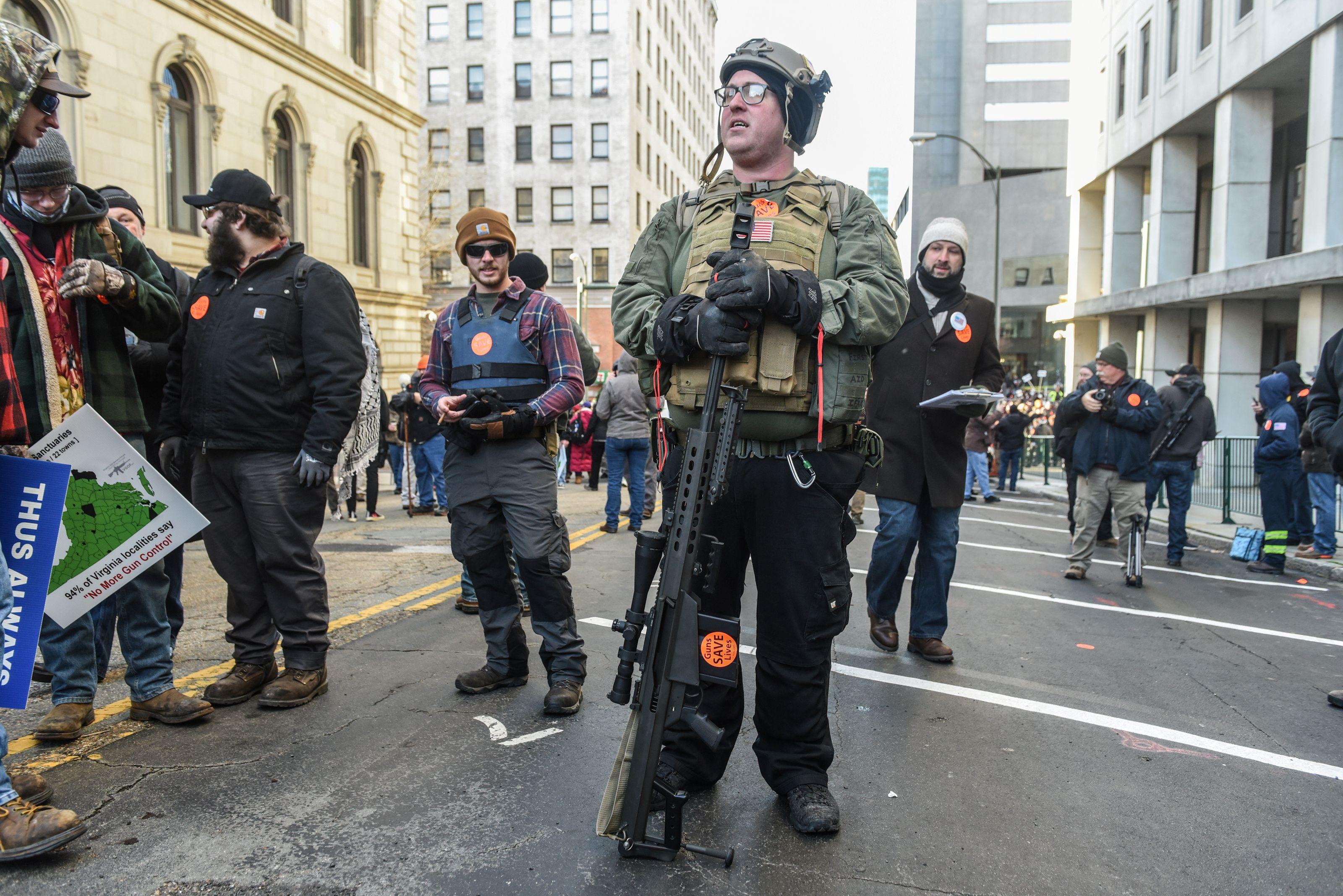 Un activista portando un fusil anti-material calibre 12,7x99mm que parece ser similar al Barrett M82. Estas armas militares están diseñadas para destruir vehículos ligeros sin blindaje, y el efecto en el cuerpo humano es devastador (REUTERS/Stephanie Keith)