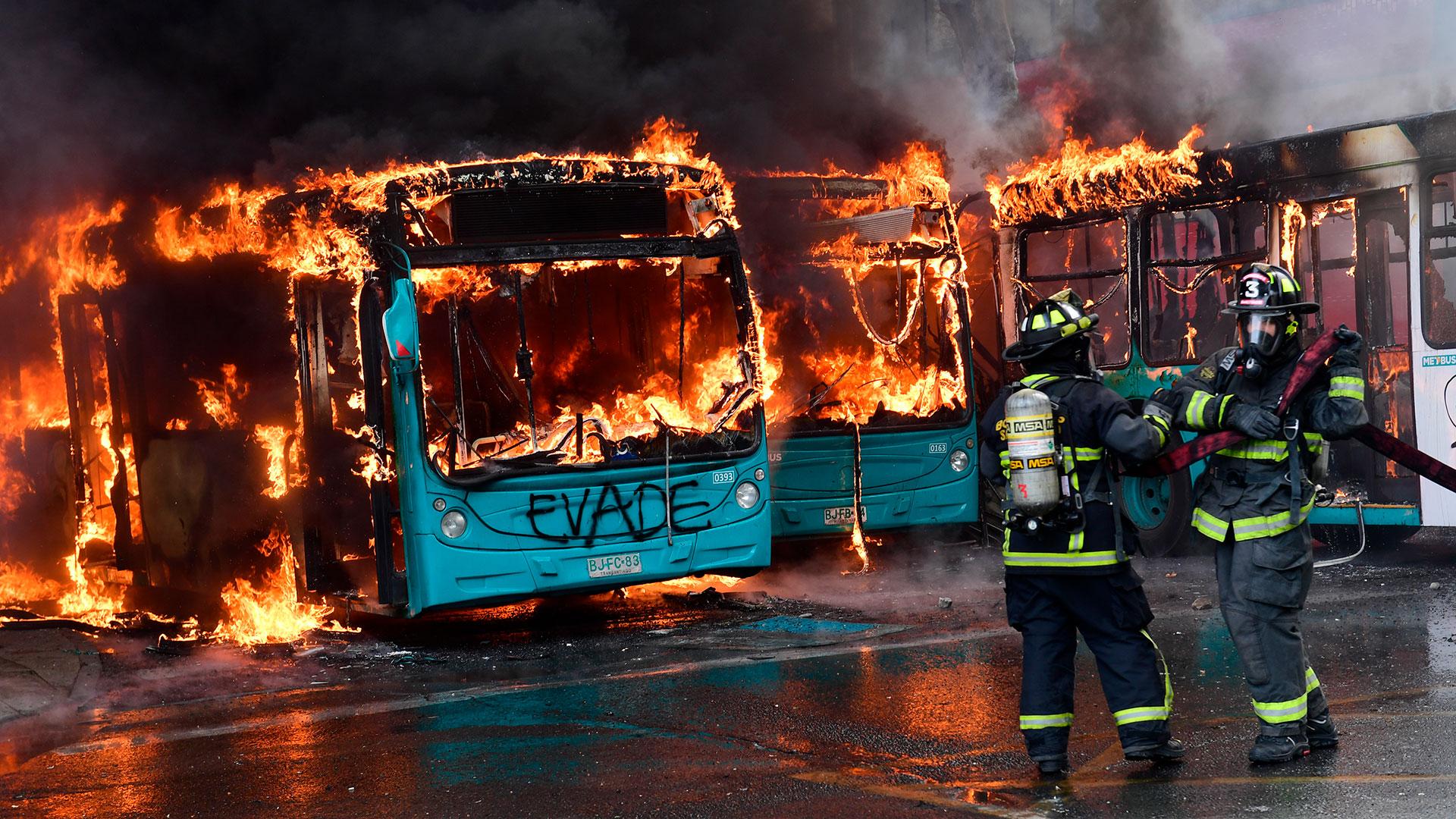 Los manifestantes incendiaron decenas de autobuses, automóviles y metros.