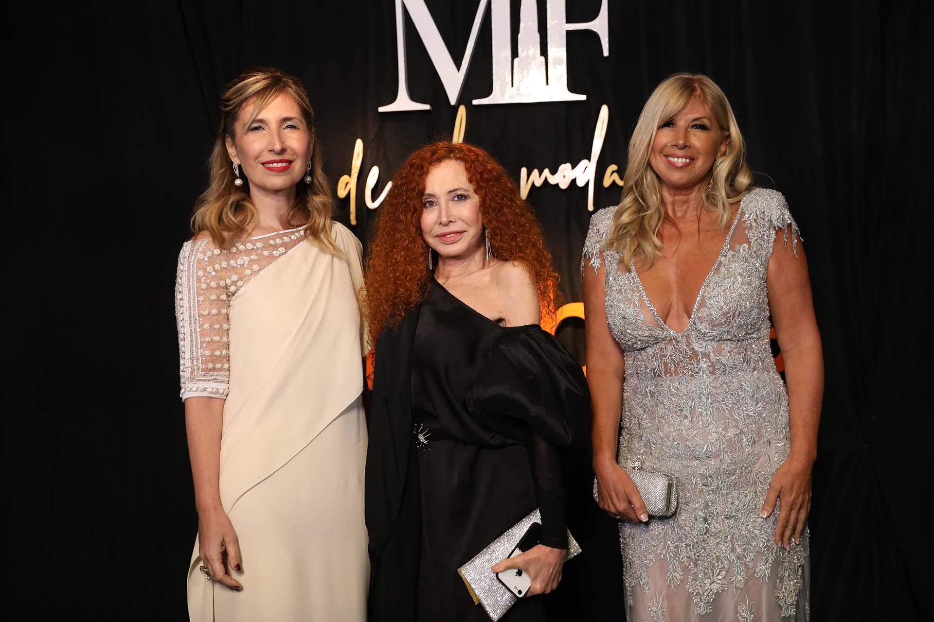 Flavia Fernández, miembro de APTRA lució un Valentino estilo vintage y zapatos de Gucci junto a las diseñadoras Dinar y Arce