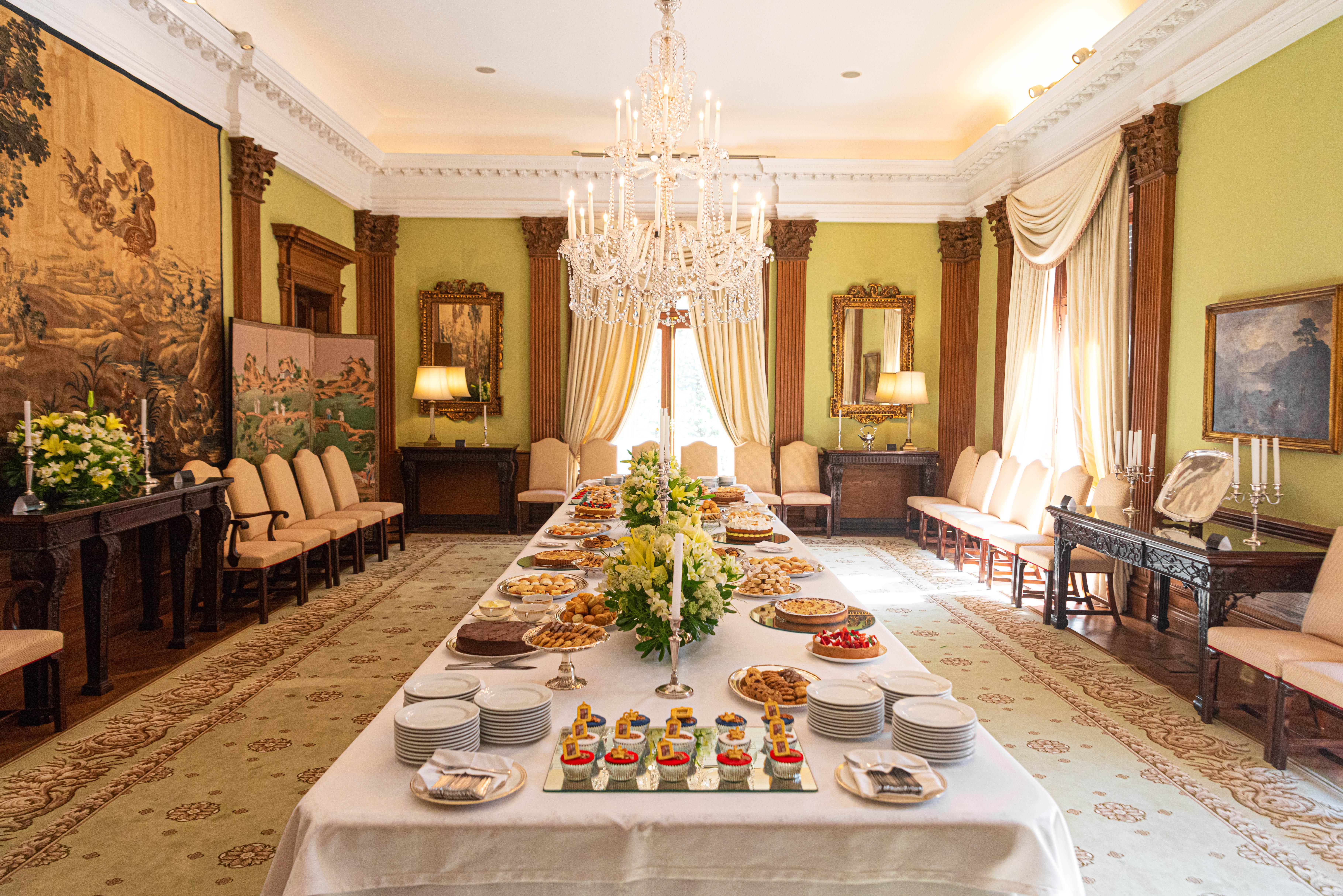 La imponente mesa preparada para recibir a los invitados