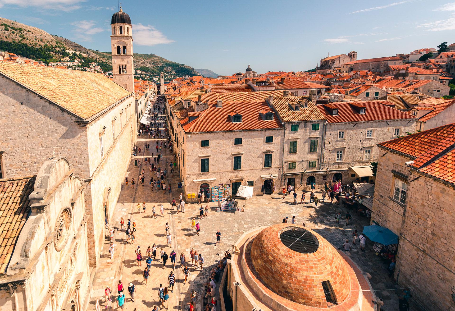 El casco antiguo de Dubrovnik es una de las ciudades medievales mejor conservadas del mundo, con enormes murallas que datan del siglo XI