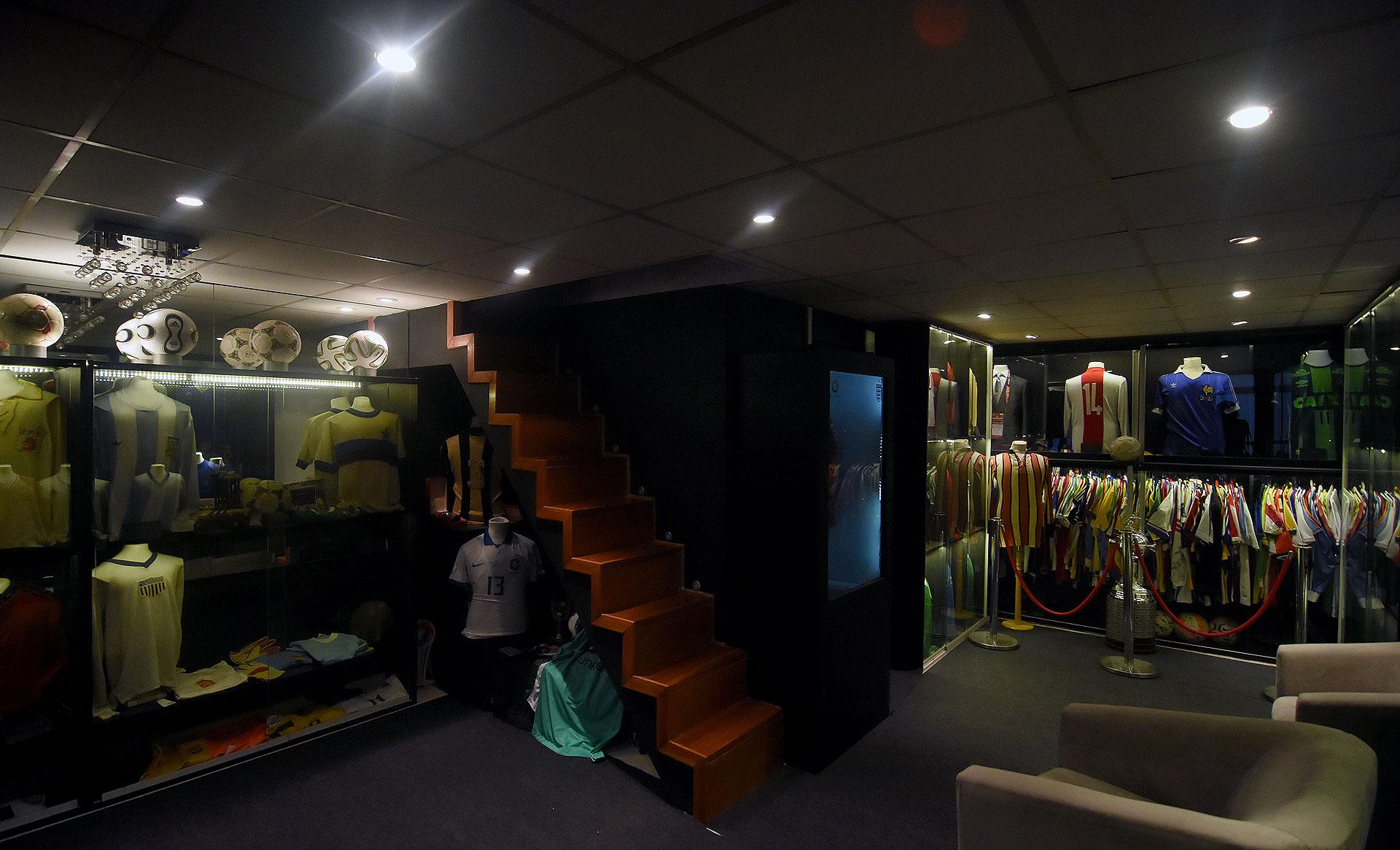 La escalera conecta un piso de otro: arriba hay más reliquias (Nicolas Stulberg)