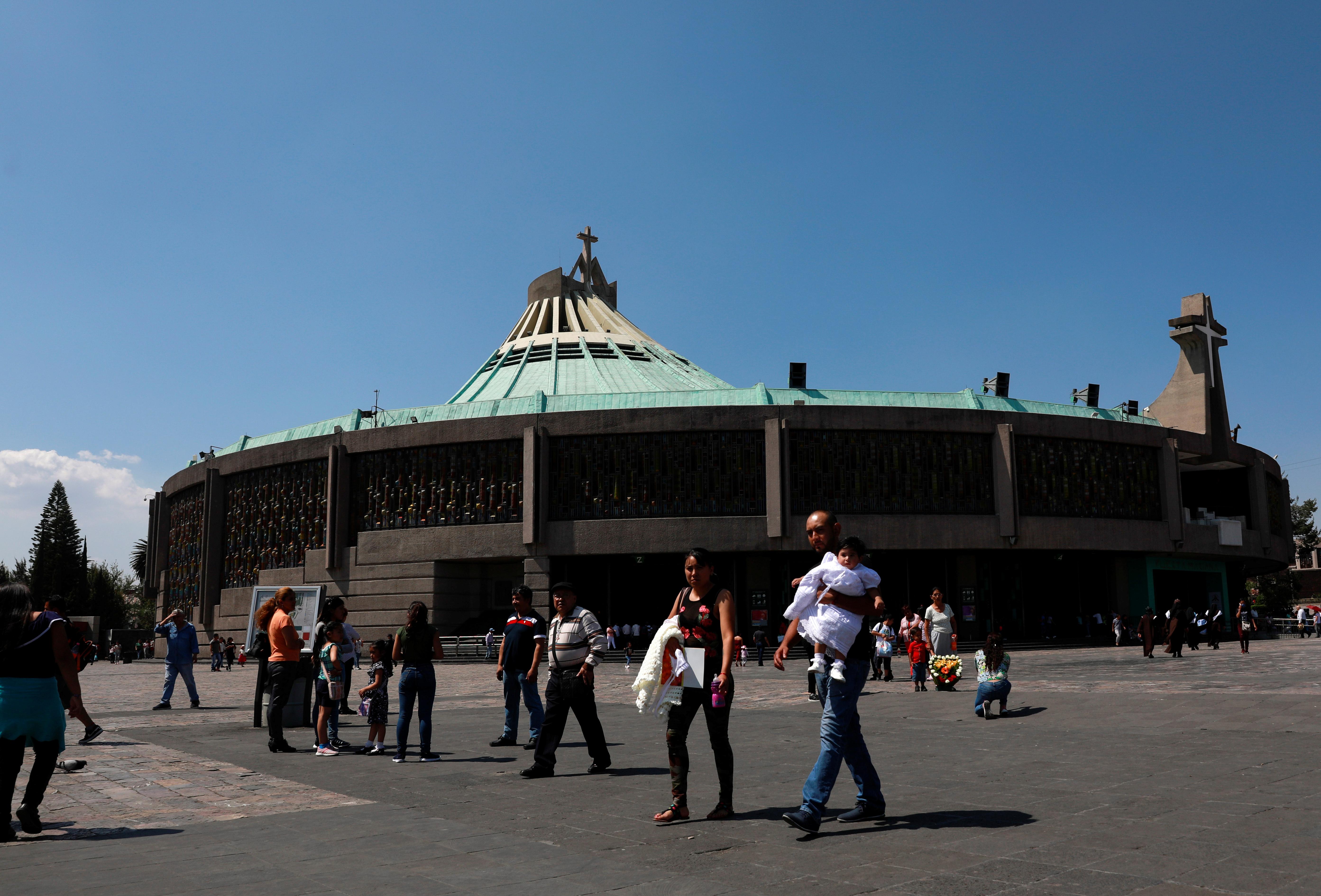 La gente camina afuera de la Basílica de Nuestra Señora de Guadalupe, después de que algunas iglesias se cerraron mientras continúa la propagación de la enfermedad por coronavirus (COVID-19), en la Ciudad de México, México, 22 de marzo de 2020.