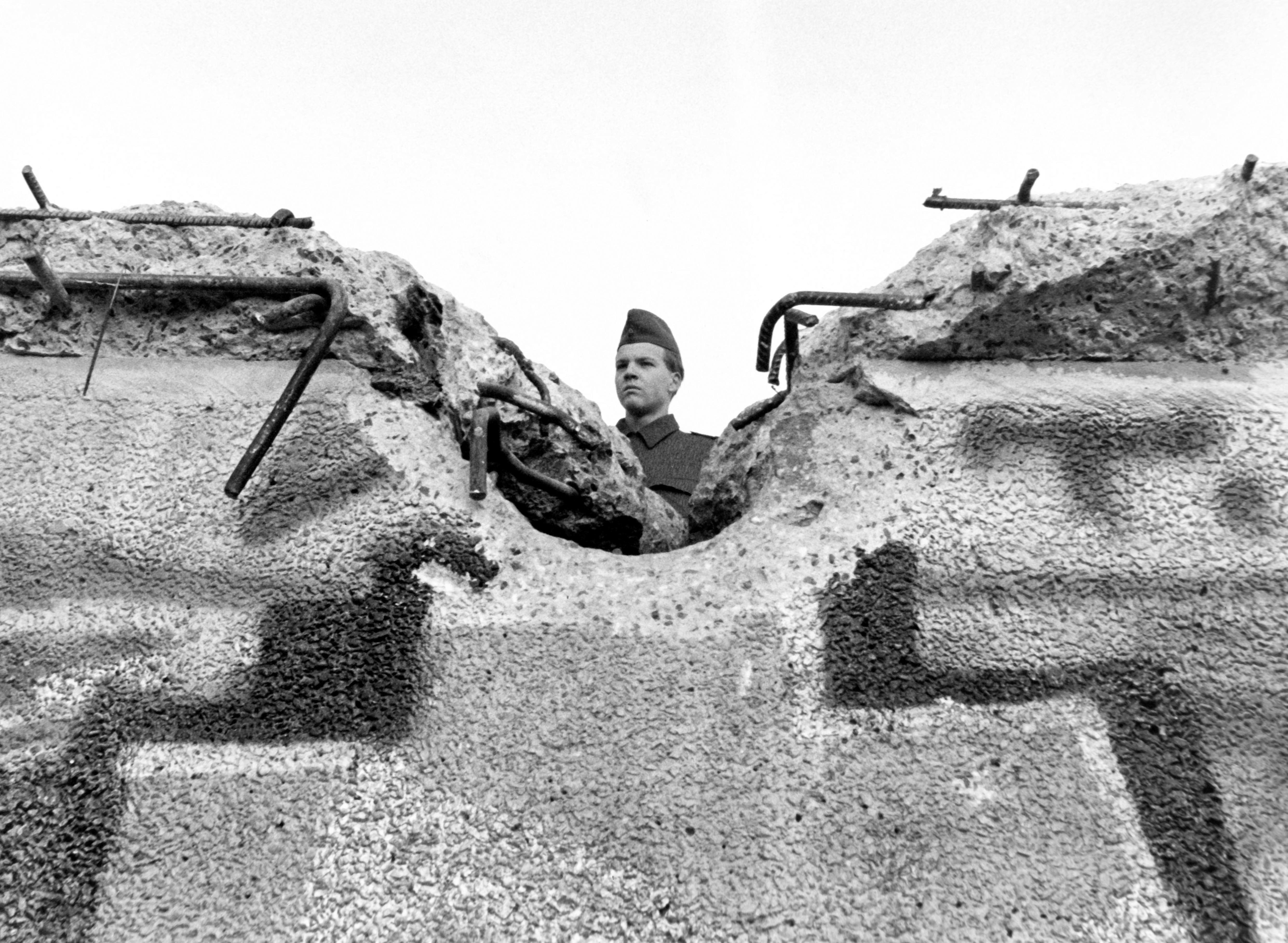Un guardia mira a través del muro el 12 de noviembre de 1989.