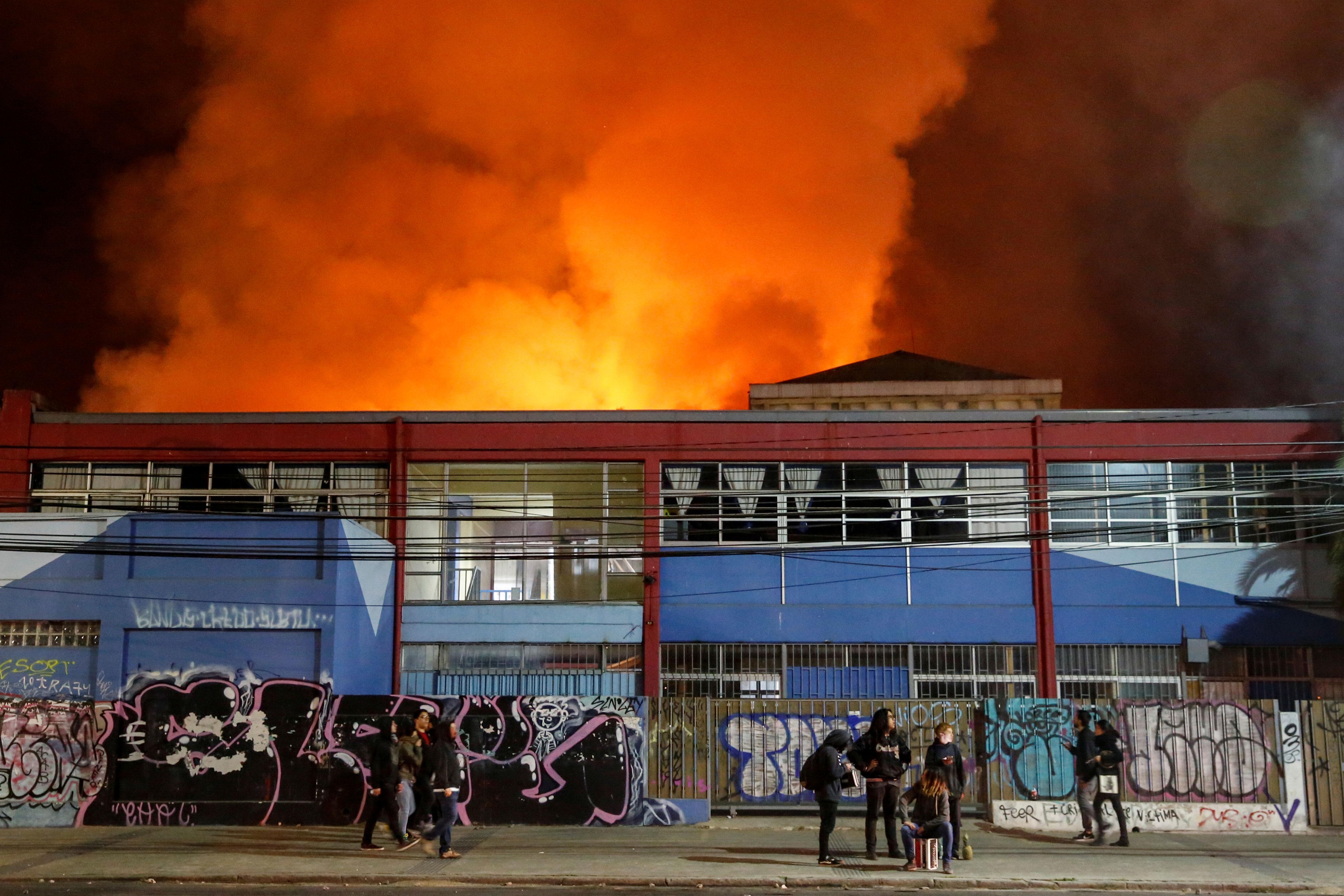 Desde de las 3:00 horas de la madrugada no se registraron situaciones violentas de importancia pero los incendios todavía perduraban.
