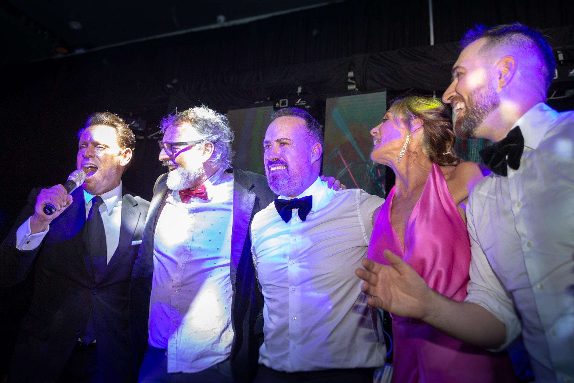 Los invitados se divirtieron con Luis Rey, el imitador de Luis Miguel. En la foto, los flamantes esposos bailando con Benito Fernández,y Paula Trapani
