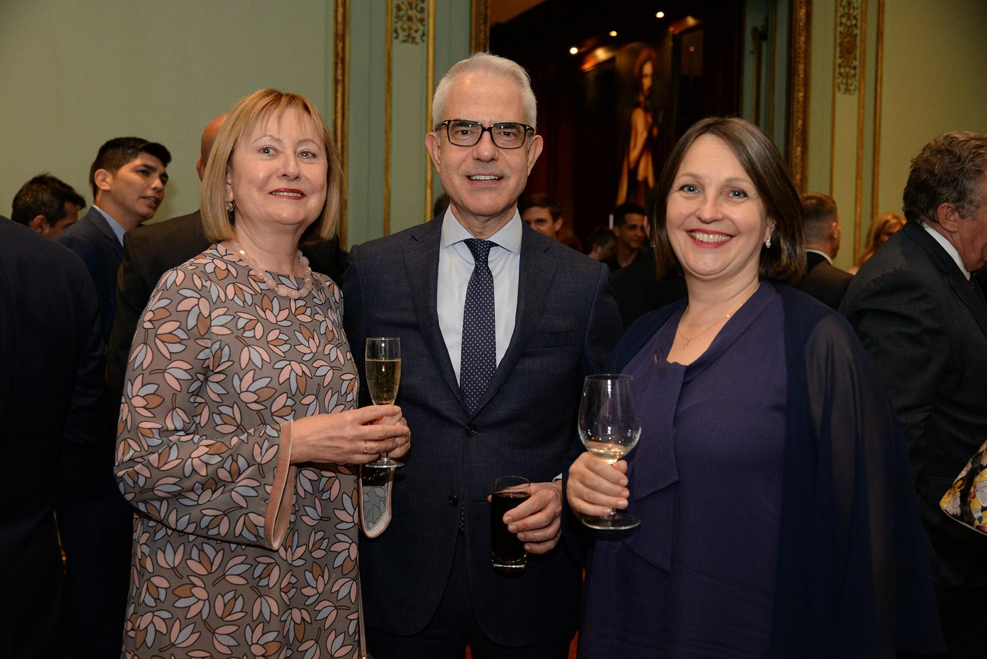 Duska Paravic, embajadora de Croacia; Dimitrios Zevelakis, embajador de Grecia; y Kirsi Vanamo-Santacruz, embajadora de Finlandia