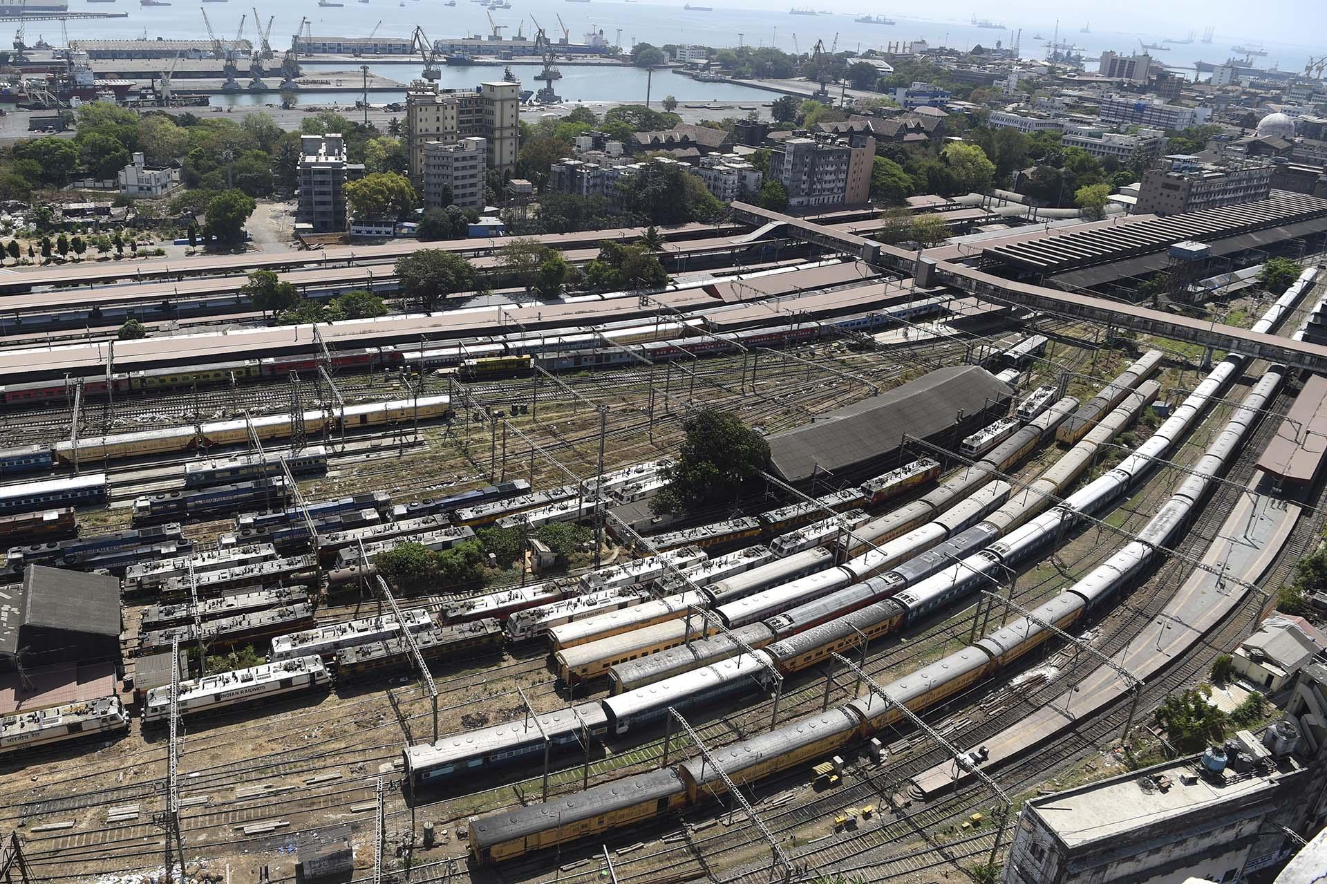 Trenes estacionados en la terminal de Chhatrapati Shivaji Maharaj durante el toque de queda en Mumbai, en la India el 22 de marzo