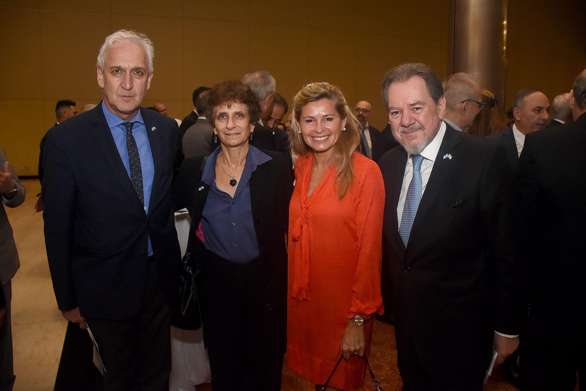 Gabriel Fuks y Galit Ronen junto a la ex senadora nacional María Laura Leguizamón, y Mario Montoto