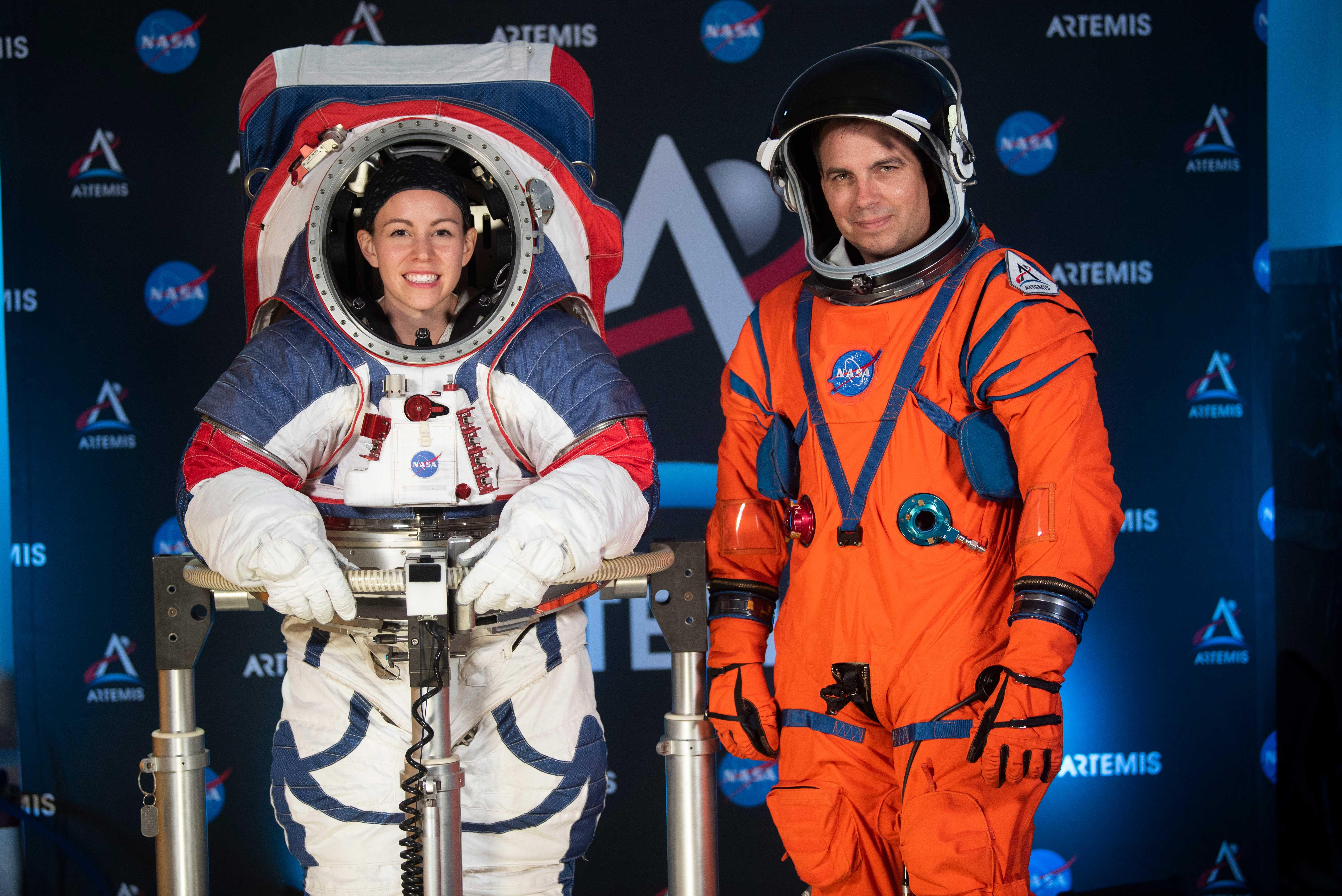 Kristine Davis y Dustin Gohmert modelaron los trajes ante la prensa en la sede de la Agencia Espacial de Estados Unidos en Washington