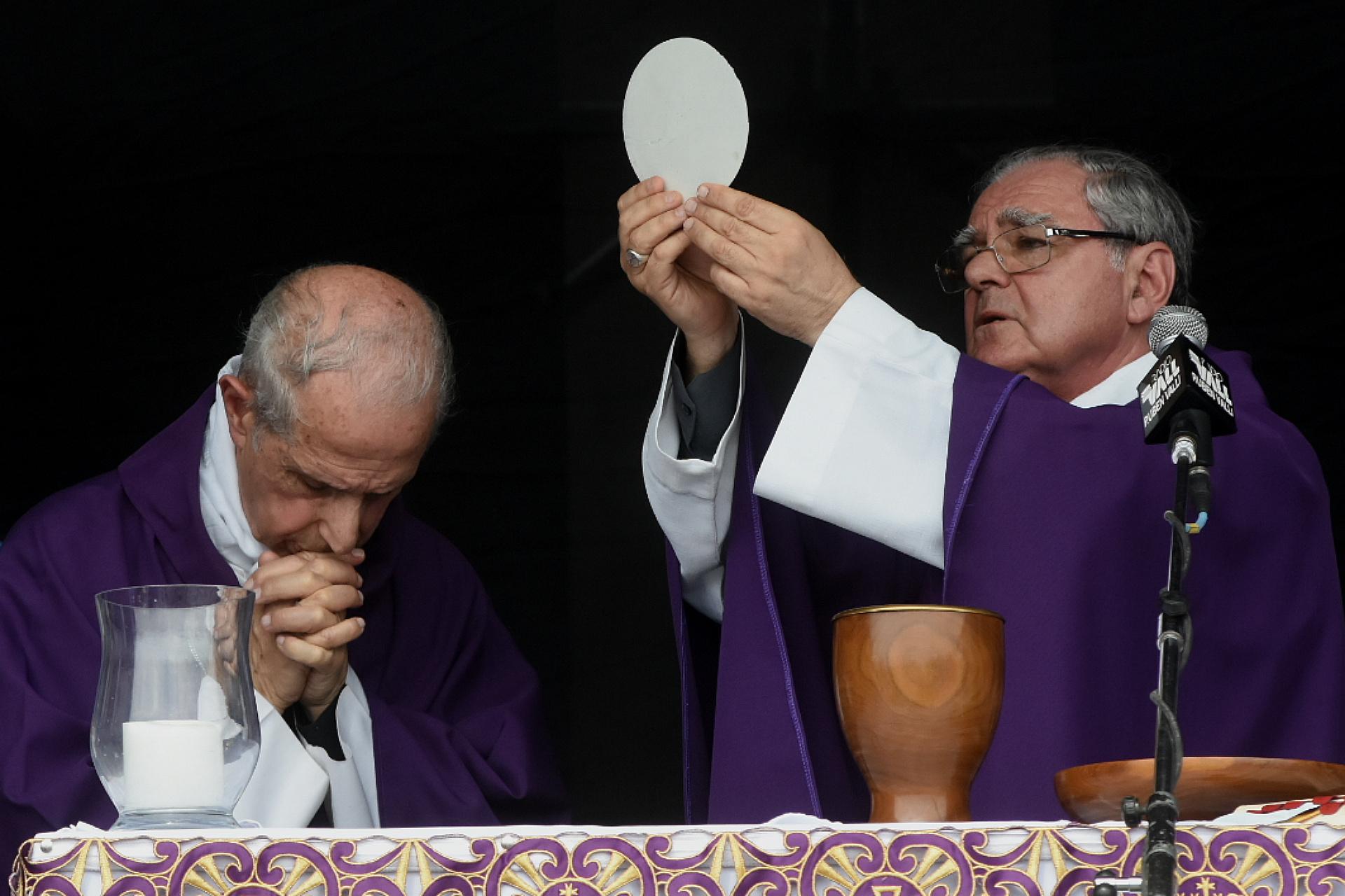 Mario Poli, arzobispo de Buenos Aires, y Oscar Ojea, obispo de San Isidro
