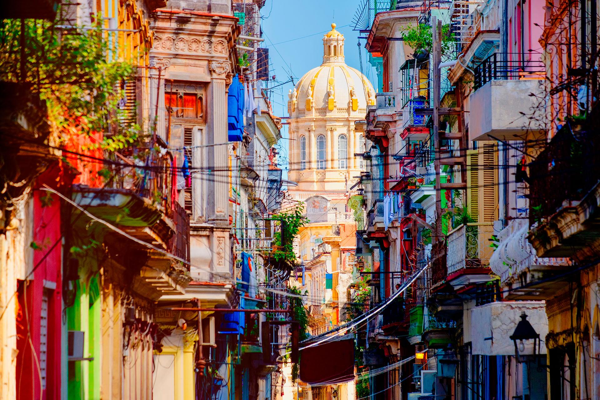 La Habana Vieja, la zona más antigua de la capital cubana, fue fundada alrededor de 1519. Tiene cinco plazas que sirven como centros históricos de la ciudad con arquitectura barroca y neoclásica y es Patrimonio de la Humanidad por la UNESCO