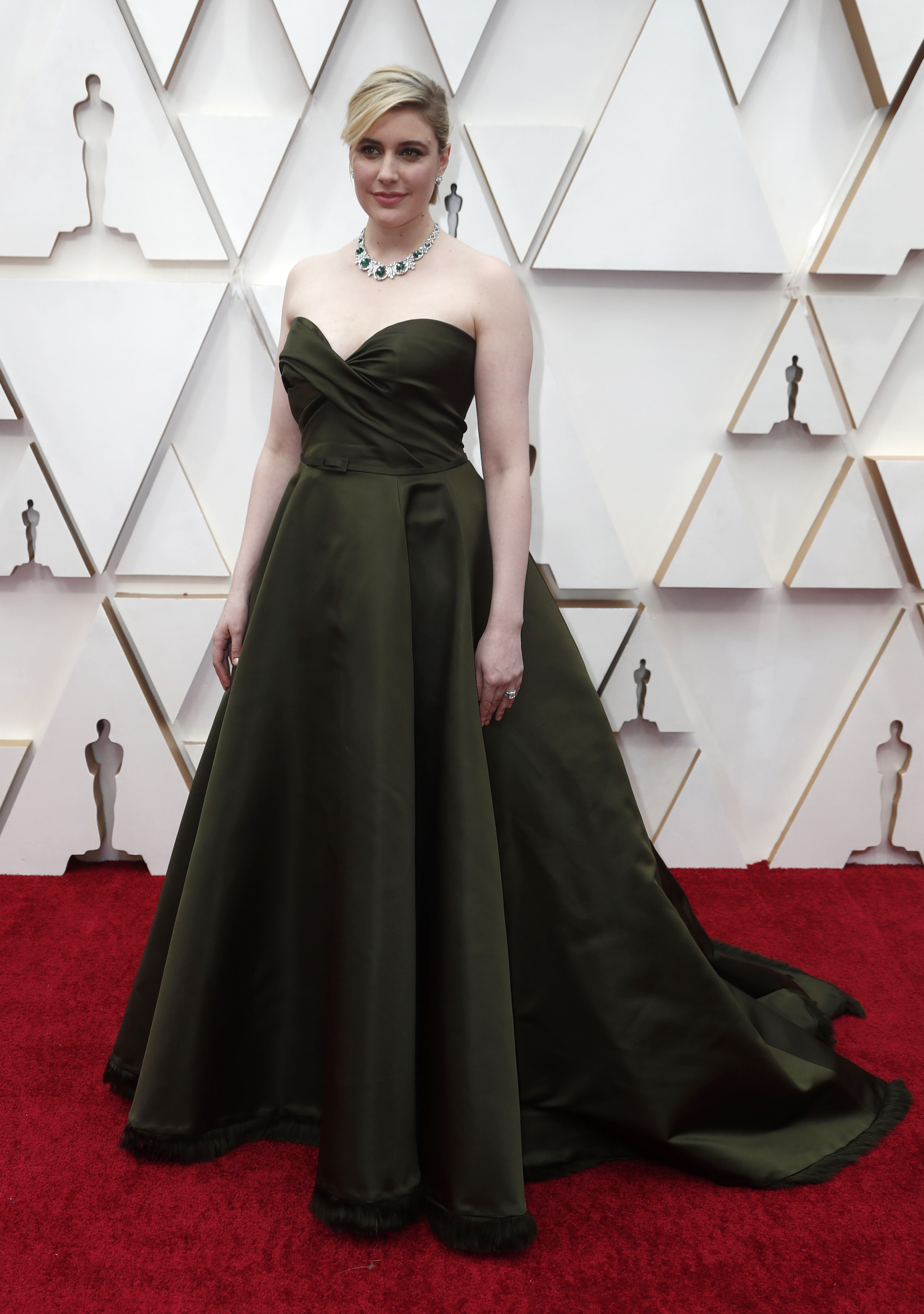 Greta Gerwig apostó al color verde militar para la entrega número 92. Un diseño strapless con escote corazón drapeado, tiene la firma by Dior