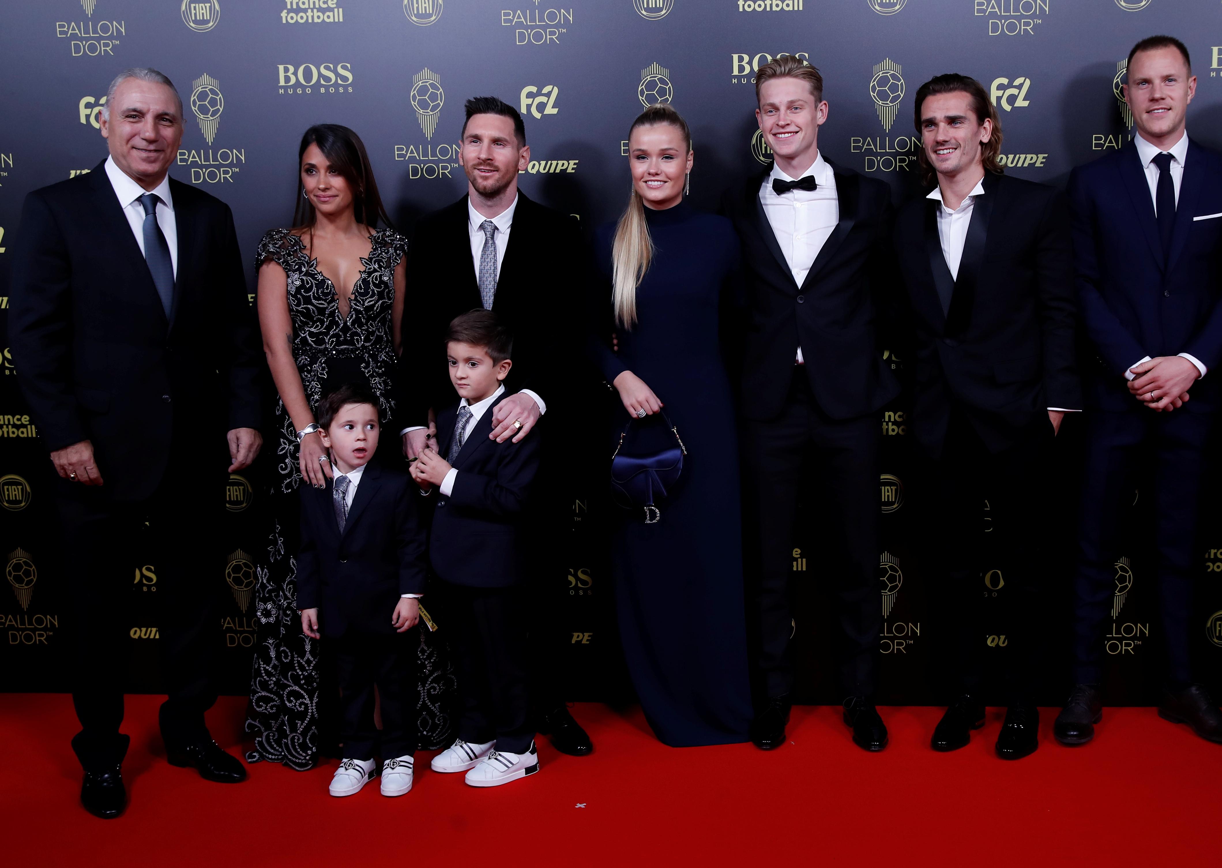 El ex futbolista Hristo Stoichkov junto a Lionel Messi y su familia y los futbolistas del Barcelona Frenkie de Jong, Antoine Griezmann y Marc-Andre ter Stegen, nominados al Balón de Oro