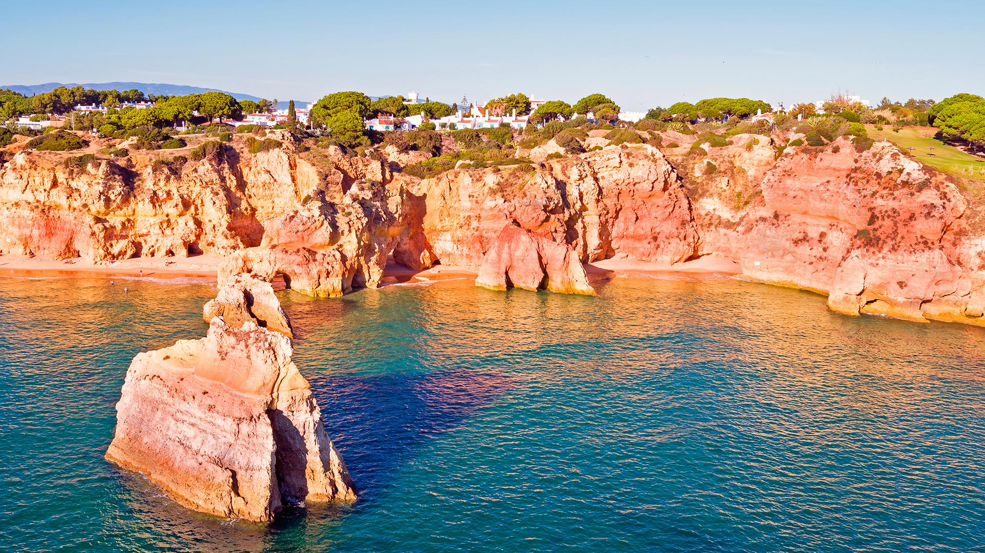 Alvor es un municipio pesquero turístico situado en el Algarve, la región más meridional de Portugal. La ciudad está situada en las riberas del Estuario de Alvor, con vistas a las marismas protegidas de la Reserva Natural de la Ria de Alvor, mientras que al sur se encuentra la Praia do Alvor, una de las mayores playas de arena del Algarve