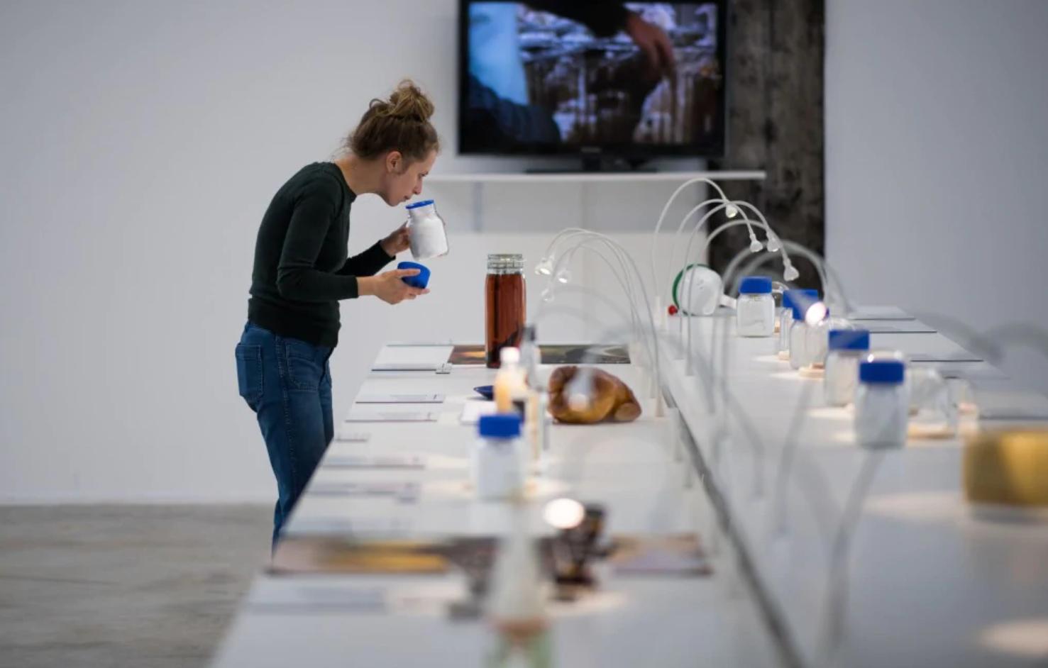 Una mujer visita la exposición del Museo (Foto: AFP)