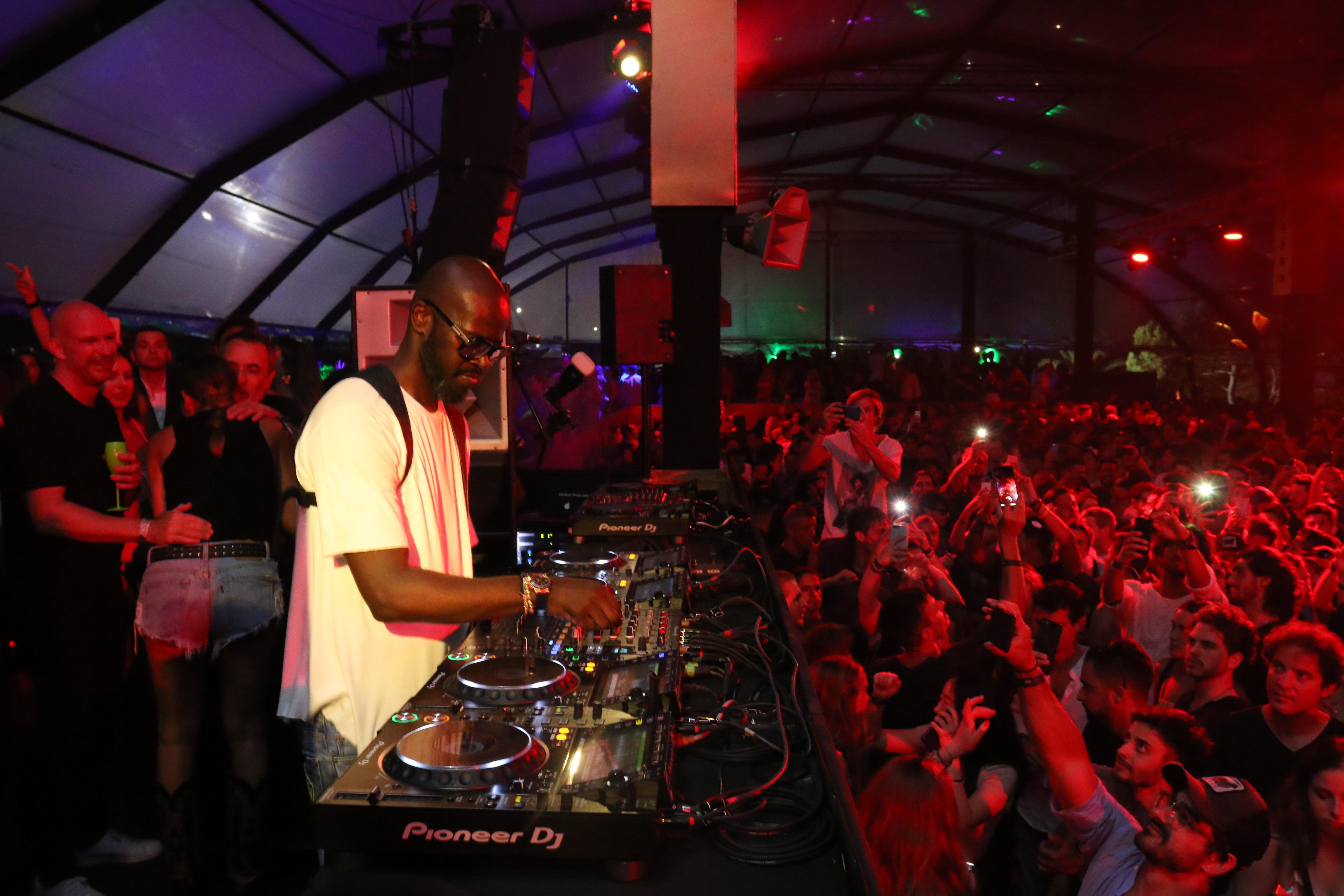 El DJ Black Coffee cautivó al público esteño y contó con una masiva convocatoria