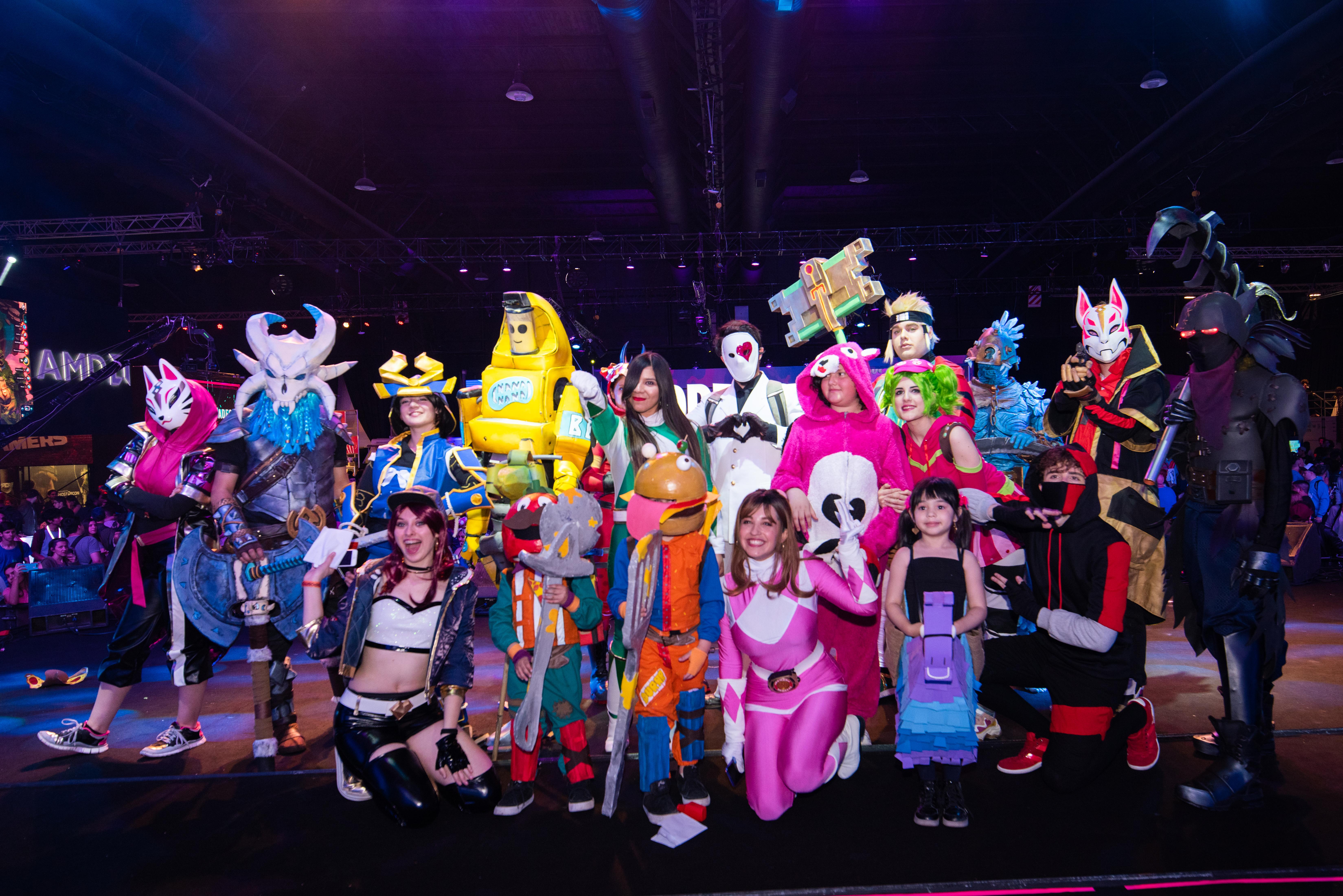Postal del desfile Cosplay durante el festival