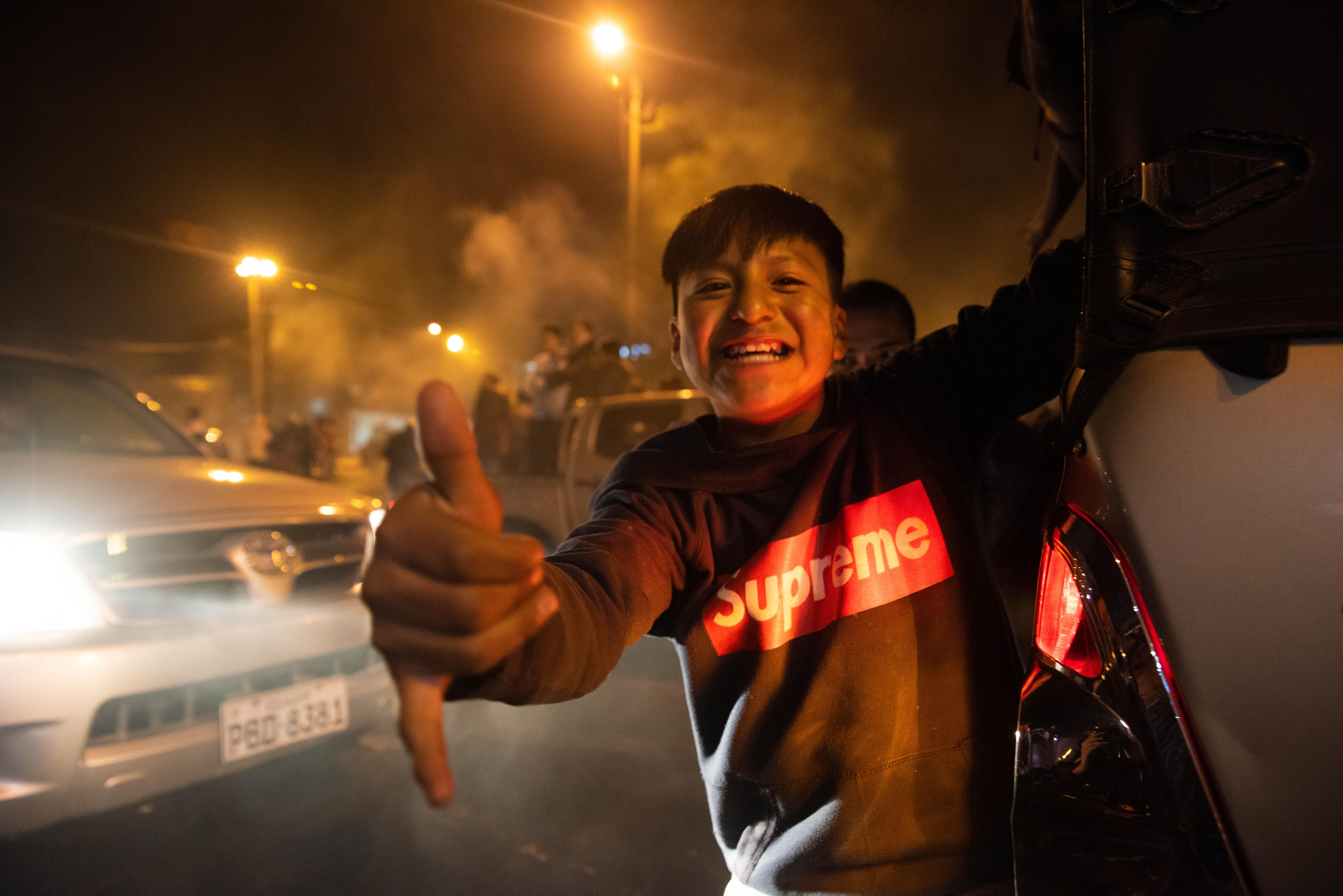 Un niño alegre sonríe para la cámara durante los festejos por la derogación del decreto 883 en Quito.