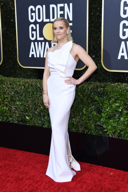 Reese Witherspoon lució un vestido sirena con diseño 3d en la parte superior de la pieza en color blanco perlado y combinó su look con una esclava dorada y pequeños aros