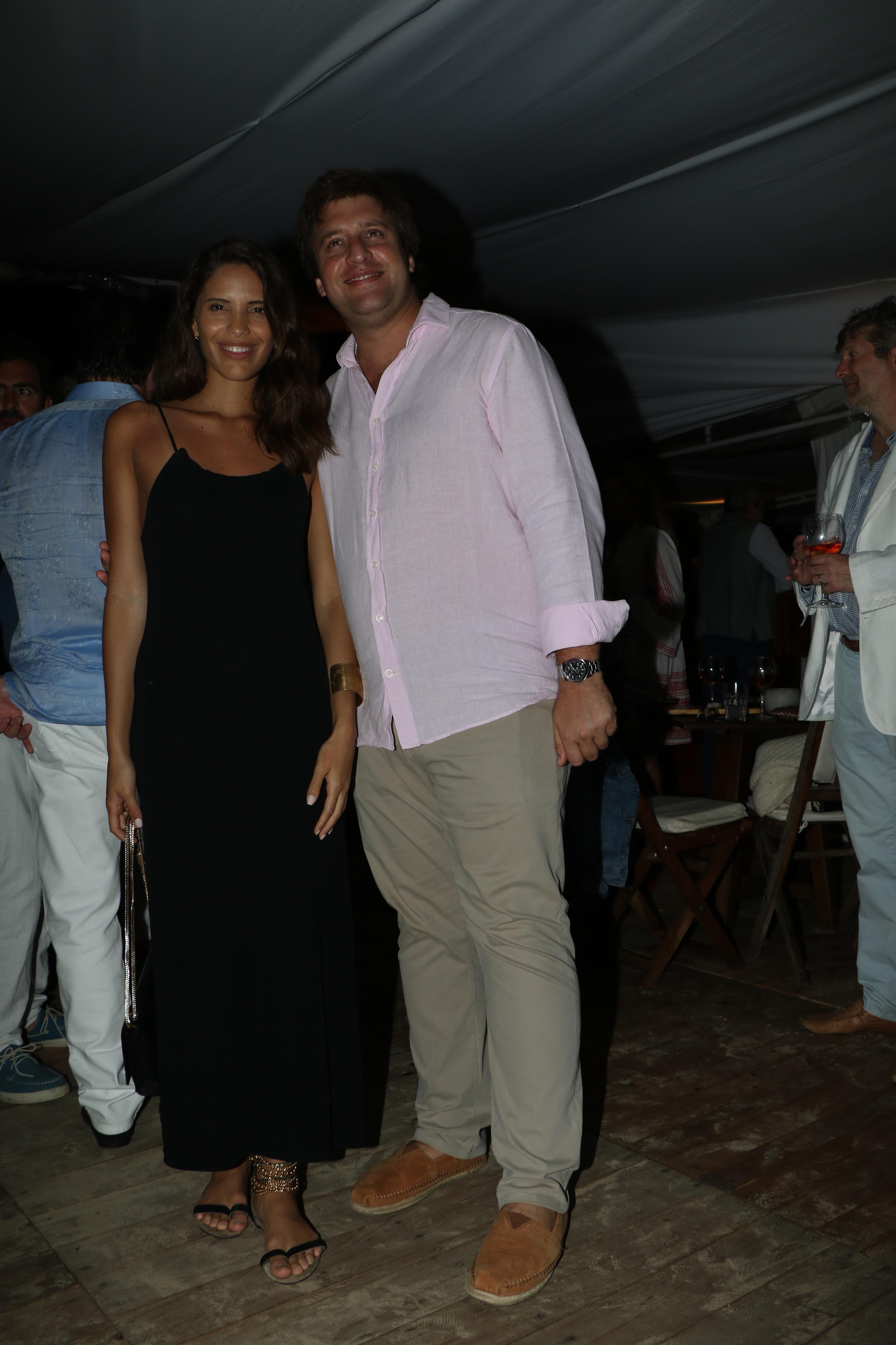 Georgie Neuss también con camisa rosa, el color que más eligen los empresarios durante el verano 2020