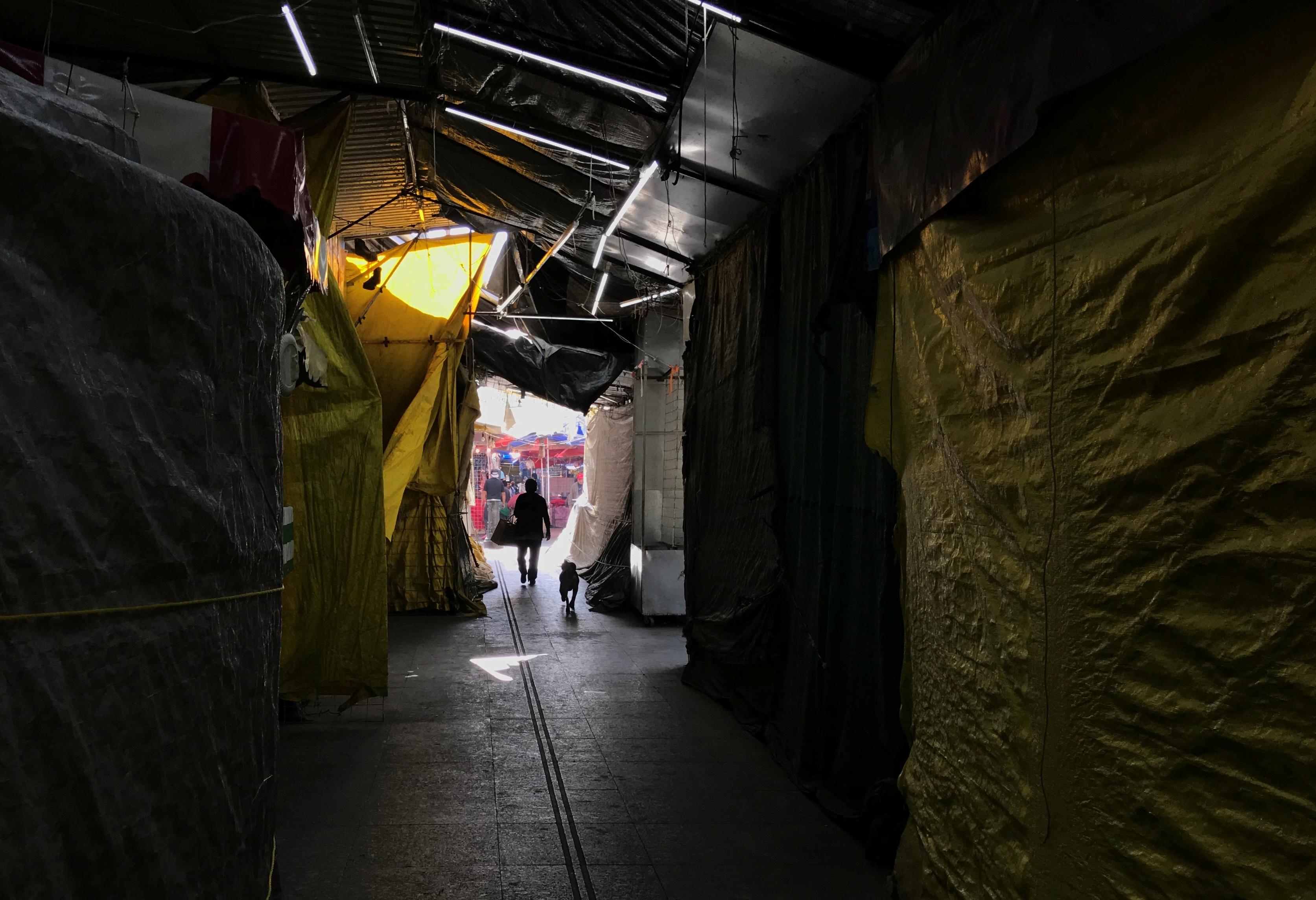 Una vista general muestra puestos callejeros cerrados mientras continúa el brote de la enfermedad por coronavirus (COVID-19), en el barrio de Iztapalapa en la Ciudad de México, México, 25 de marzo de 2020.
