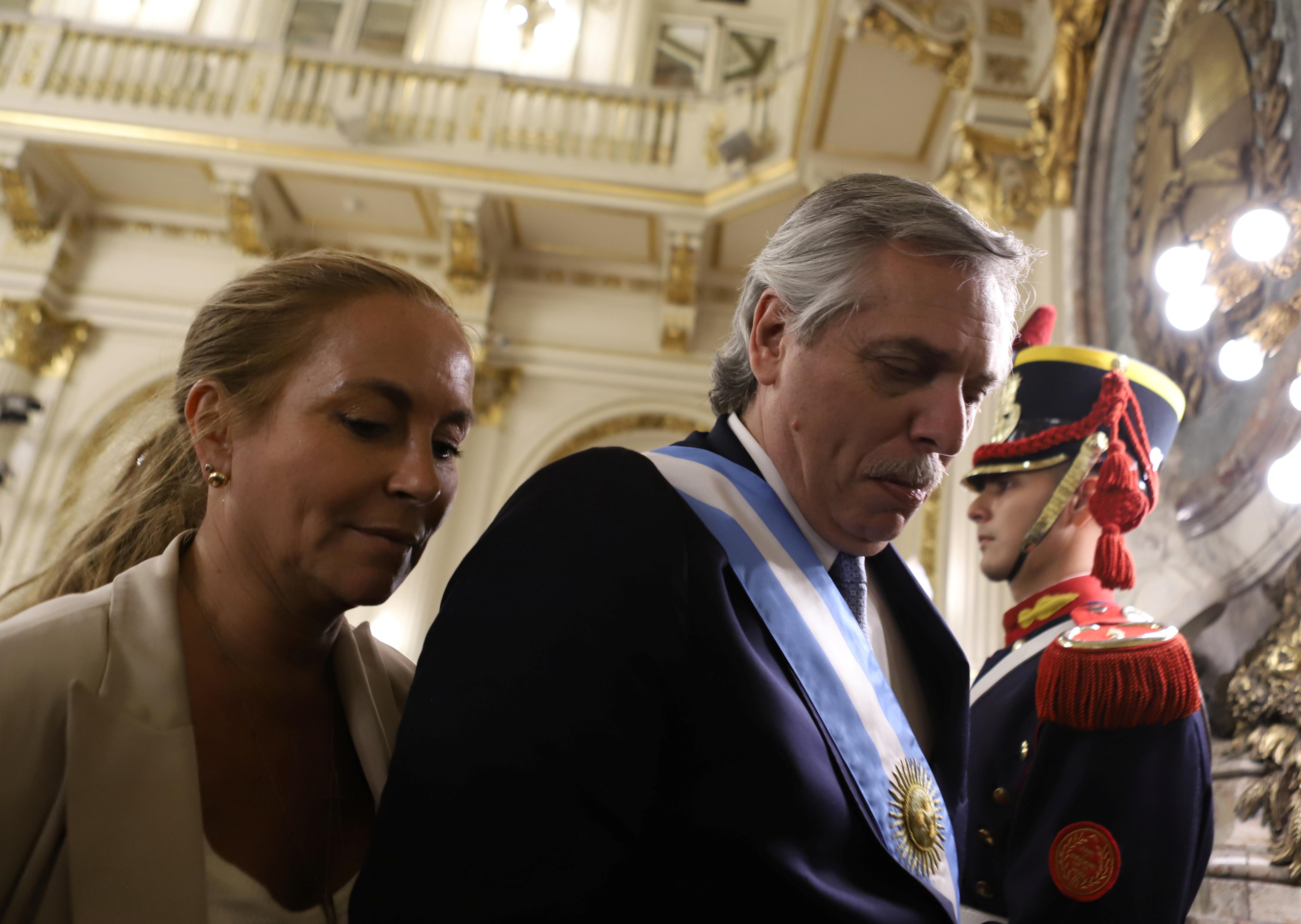 El presidente Alberto Fernández se retira luego de la ceremonia de jura de sus nuevos ministros (Reuters)