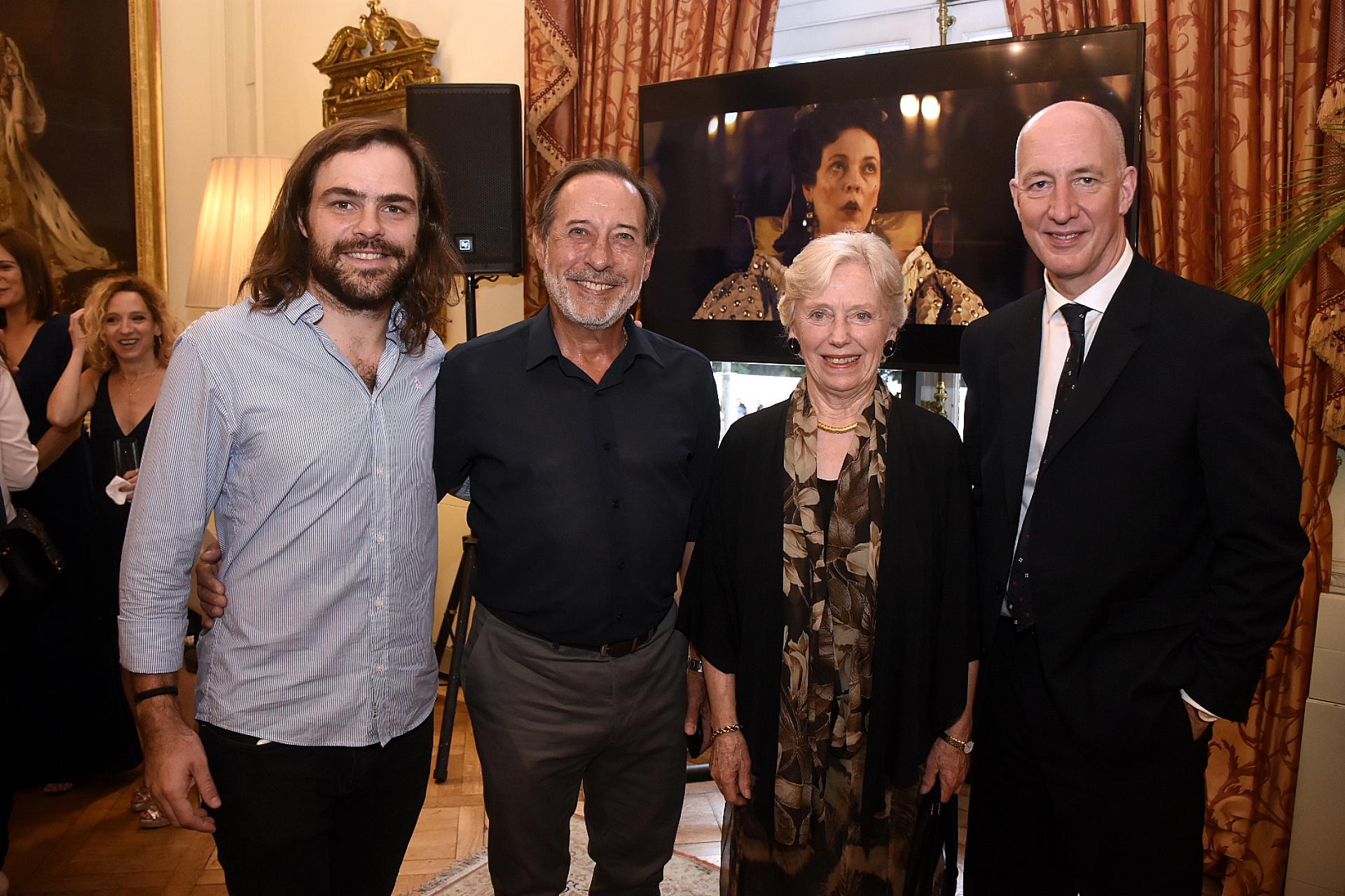 Peter Lanzani y Guillermo Francella junto a la baronesa Gloria Hooper, presidente del Grupo de Amistad Parlamentaria con América Latina, y el embajador británico Mark Kent