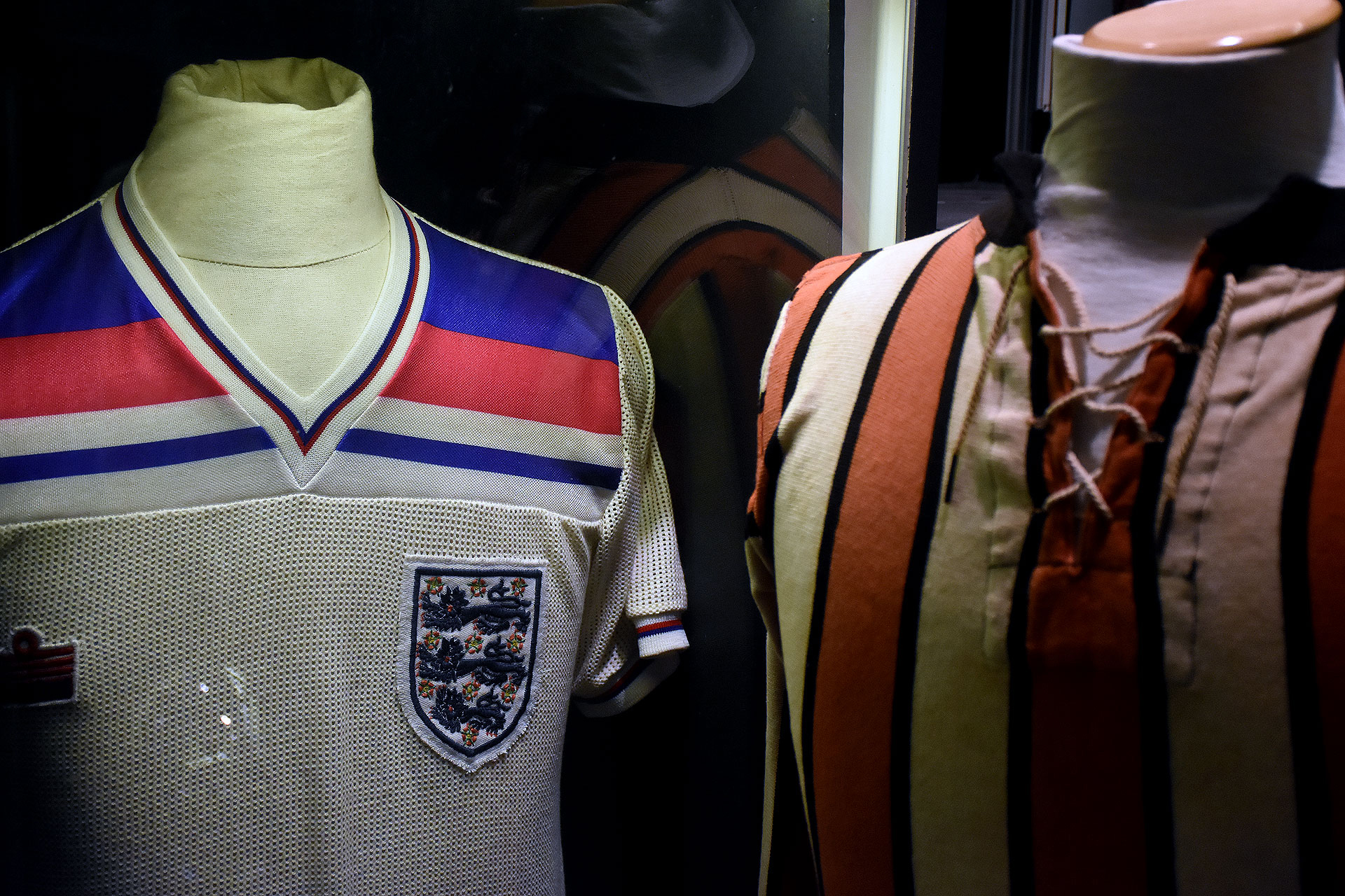 Una remera del inglés Kevin Keegan en el Mundial de España 1982 junto a la del ex mediocampista argentino de River Cándido García, que data de 1913 (Nicolas Stulberg)