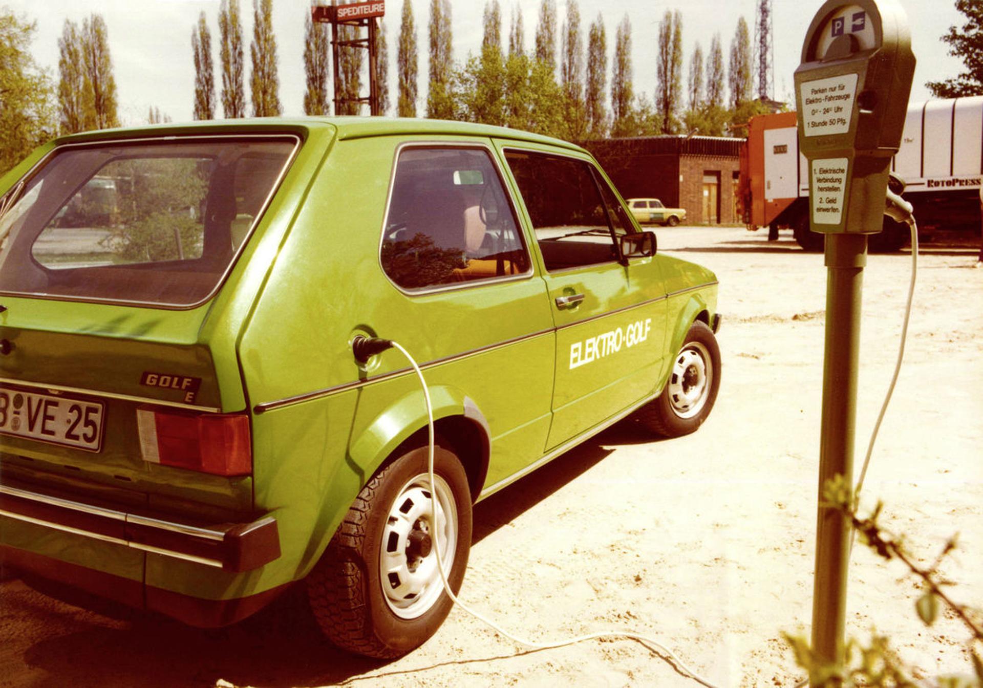 El Elektro Golf I disponía de un cargador que hacía posible cargar las baterías a través de un enchufe
