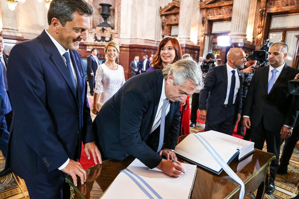 El presidente Alberto Fernández al ingresar el Congreso