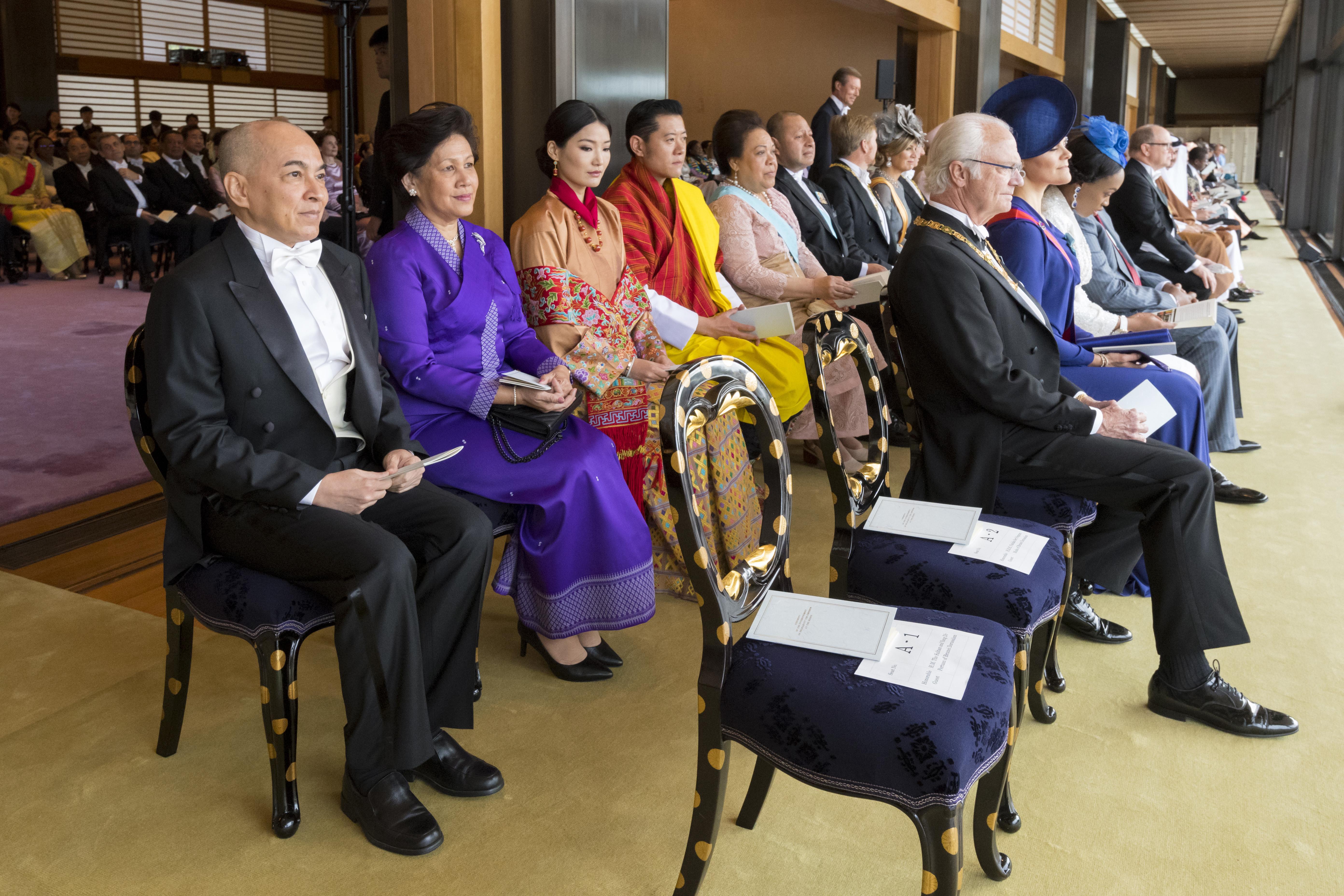 Esta foto se muestra al rey sueco Carl XVI Gustaf (primera fila izquierda) y a su hija, la princesa heredera Victoria (primera fila, segunda a la izquierda), el rey de Camboya, Norodom Sihamoni (segunda fila derecha), el rey de Bután, Jigme Khesar Namgyel Wangchuck (segunda fila, cuarto a la izquierda) y la reina Jetsun Pema (segunda fila, tercera a la izquierda) (AFP)