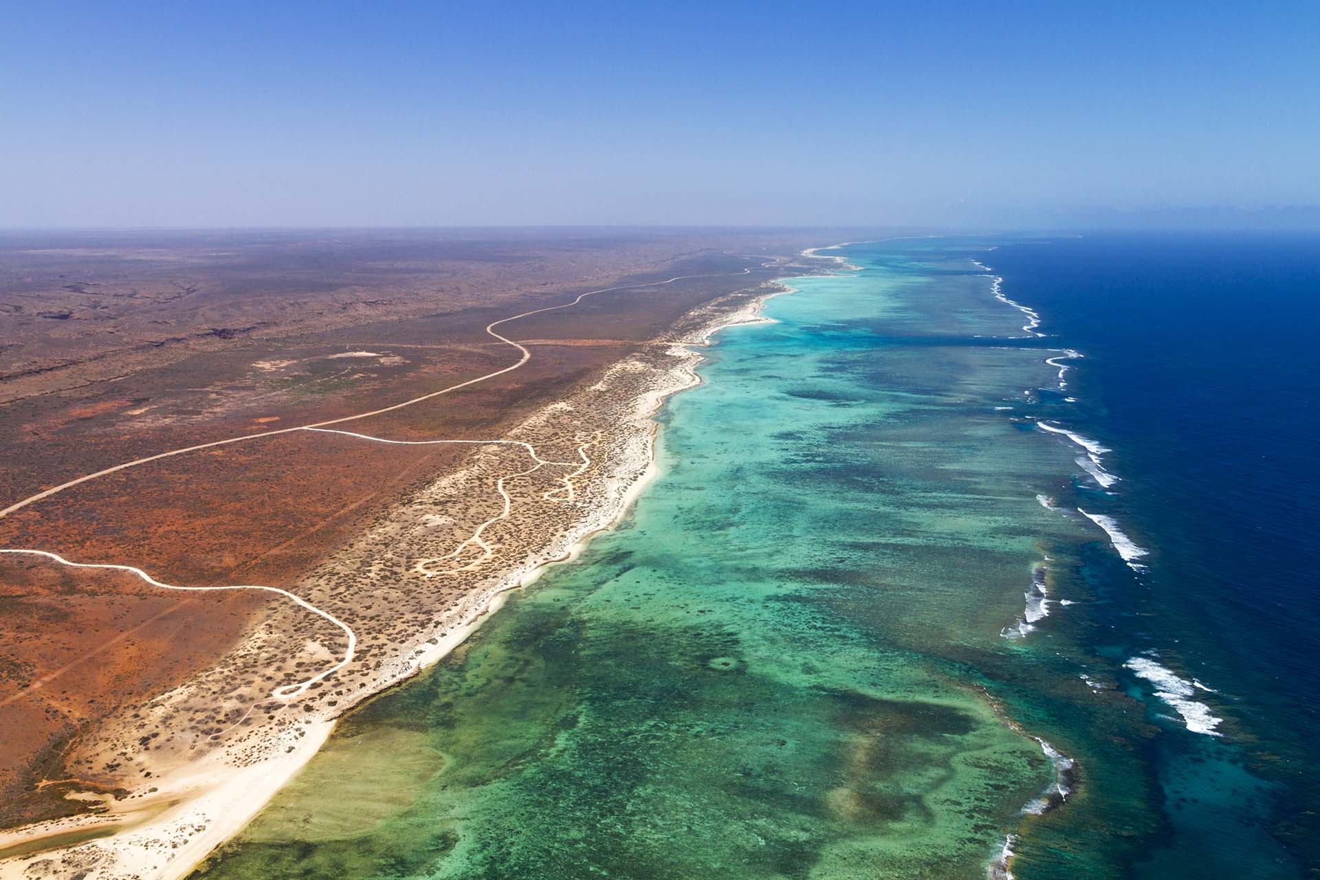 El arrecife de franjas más grande de Australia se combina con la hermosa ciudad costera de Exmouth y el Parque Nacional Cape Range, para bucear, pasear en bote y hacer caminatas
