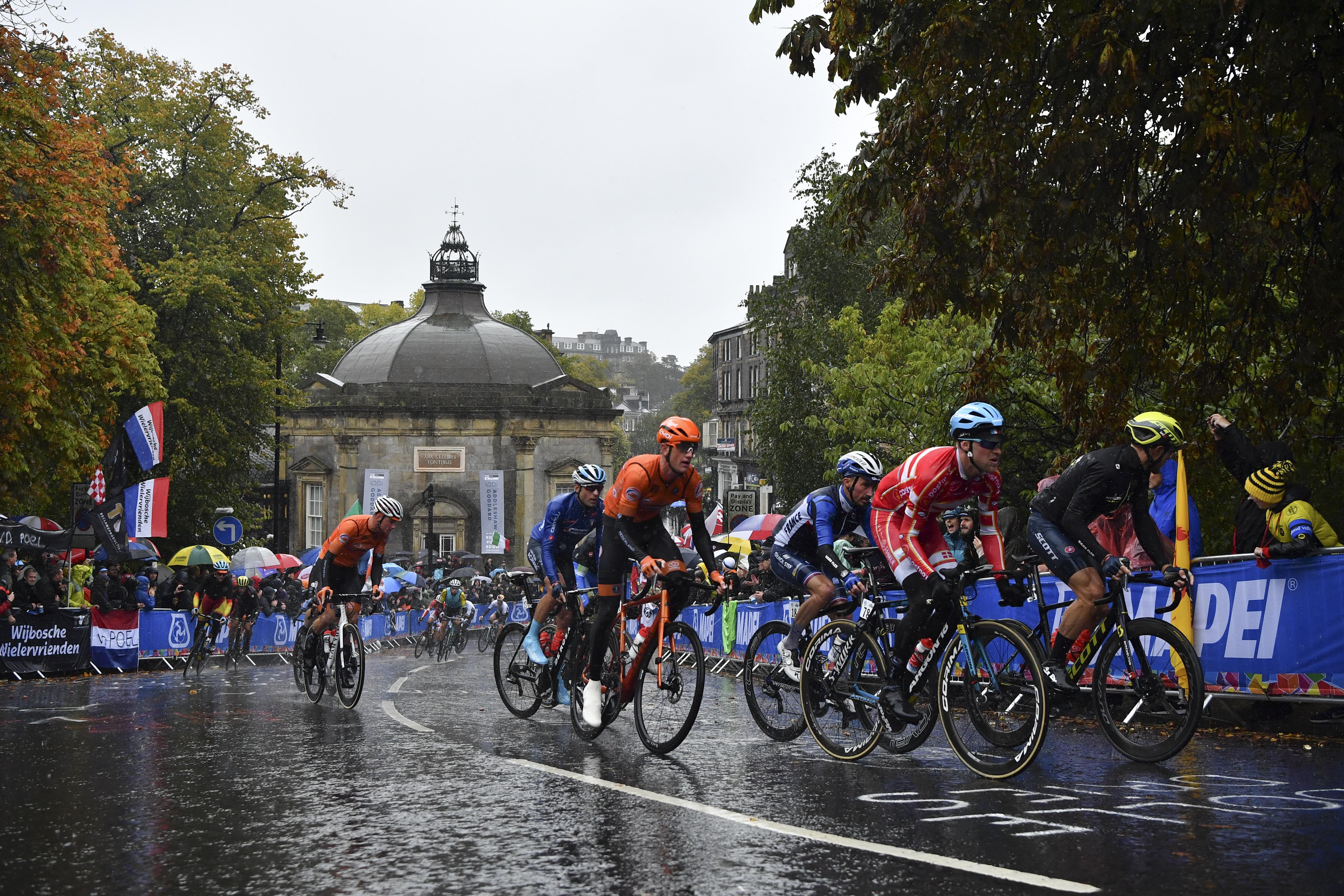 El maillot arcoíris que distingue al campeón del mundo de ciclismo en ruta lo vestirá durante el próximo año el joven danés Mads Pedersen, que este domingo sorprendió en la prueba disputada en Yorkshire (Inglaterra), marcada por la lluvia y llena de imprevistos