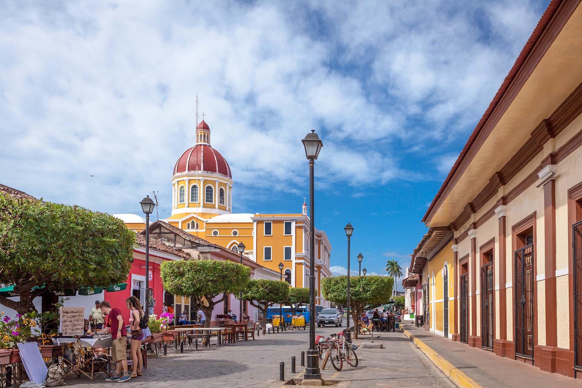 Nicaragua abraza a los viajeros con diversas ofertas de paisajes volcánicos, arquitectura colonial, playas sensacionales, islas remotas e idílicas, playas del Pacífico azotadas por las olas y bosques vírgenes
