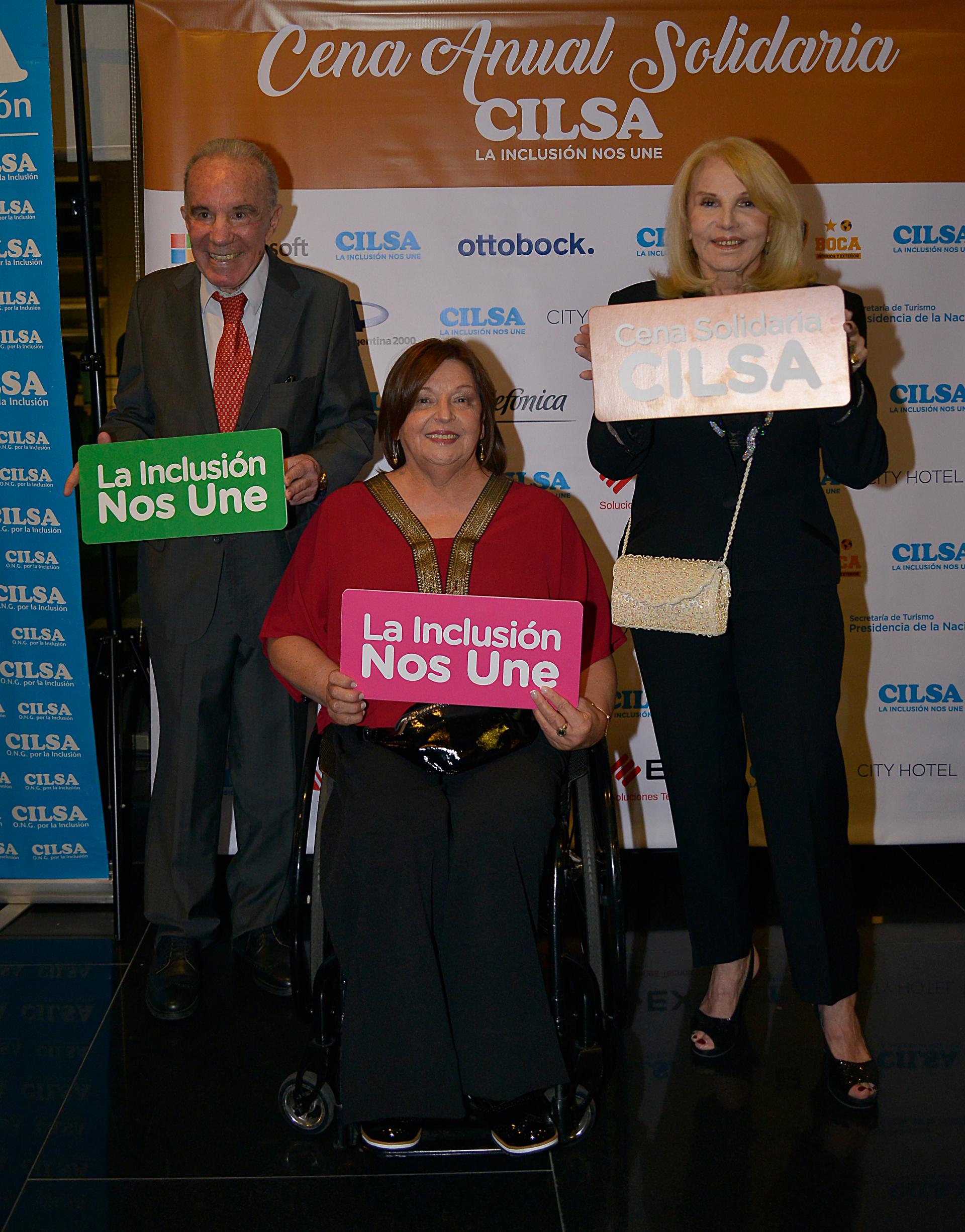 El Dr Alfredo Cahe y Cristina del Valle junto a Silvia Carranza