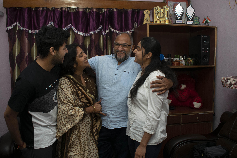 El fotógrafo de Associated Press, Channi Anand, celebra con su familia el martes 5 de mayo de 2020, luego del anuncio de que fue uno de los tres fotógrafos de AP que ganó el Premio Pulitzer en Fotografía de Largometraje por su cobertura del conflicto en Cachemira y Jammu, India. (Foto AP)