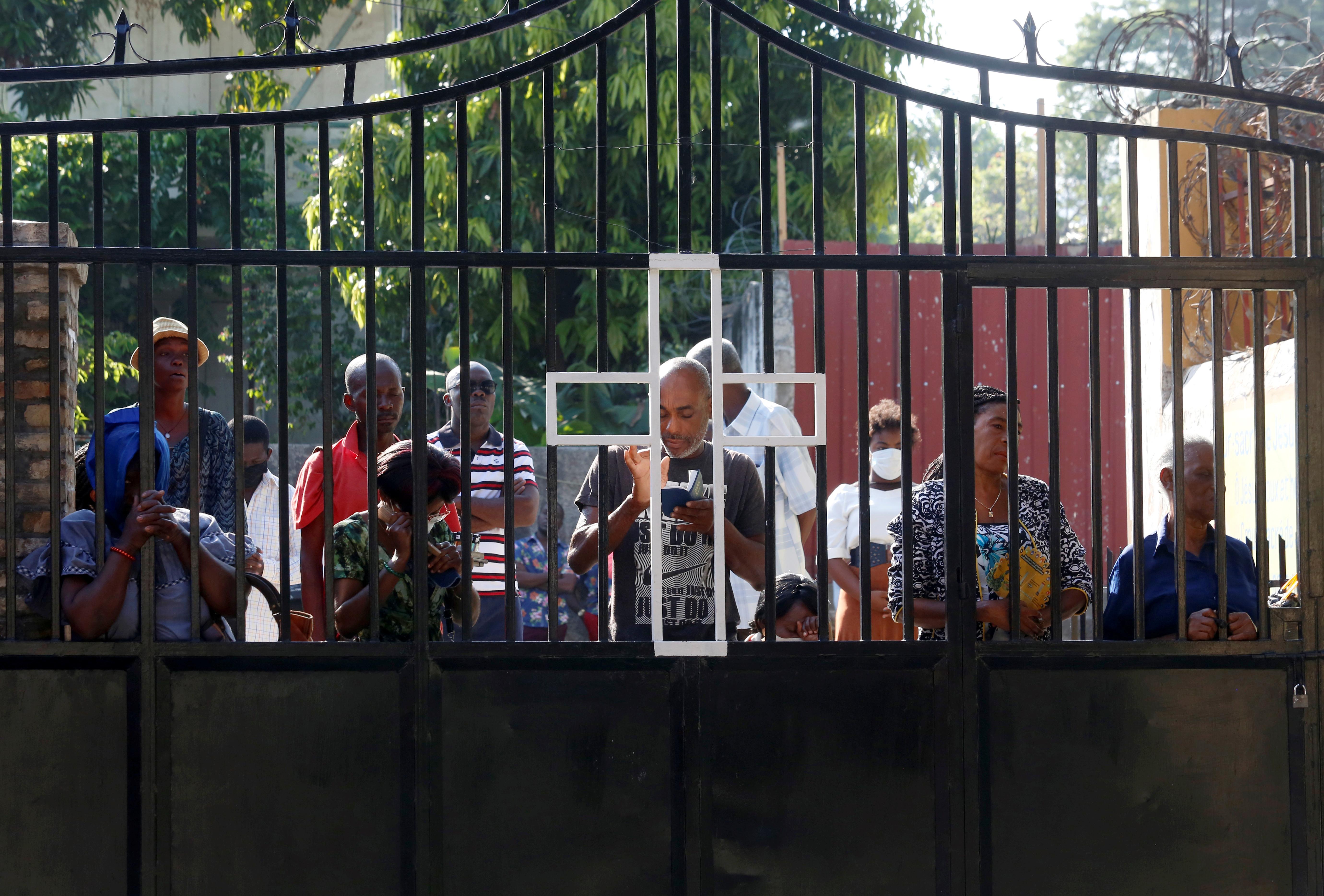 El portón de la iglesia principal de Puerto Príncipe, con cientos de fieles agrupándose para celebrar Pascuas