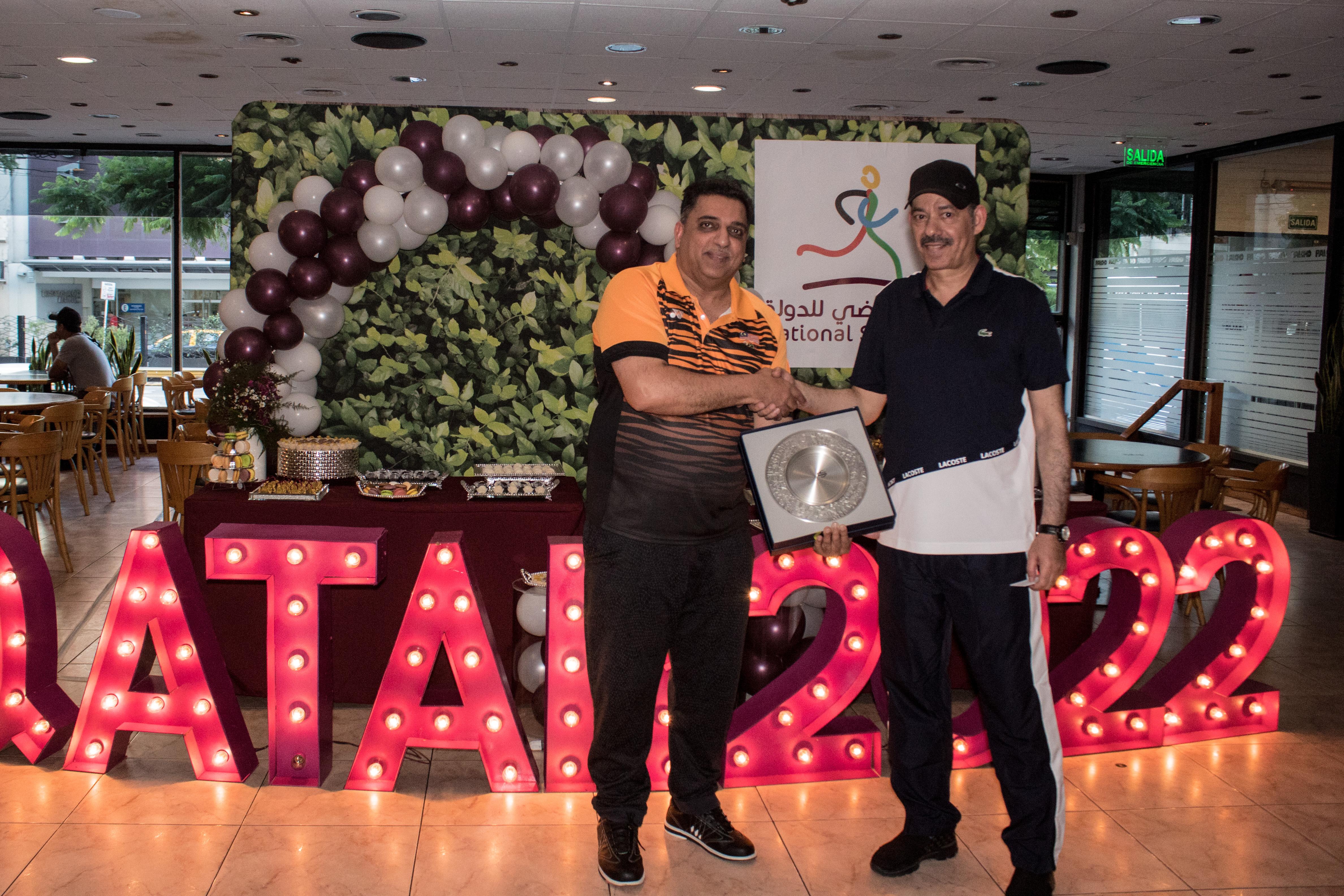 El embajador de Malasia, Mohd Khalid Abbasi Bin Abdul Razak, fue el ganador del torneo de bowling y recibió su premio de manos del embajador del Estado de Qatar, S.E. Battal M. Al Dosari /// Fotos: Gentileza embajada del Estado de Qatar en la Argentina