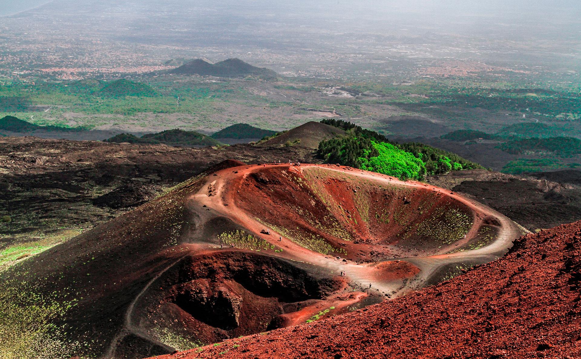El Etna tiene 3322 metros de altitud, lo que lo convierte en el más alto de la placa Euroasiática. Su última erupción fue el 16 de marzo de 2017