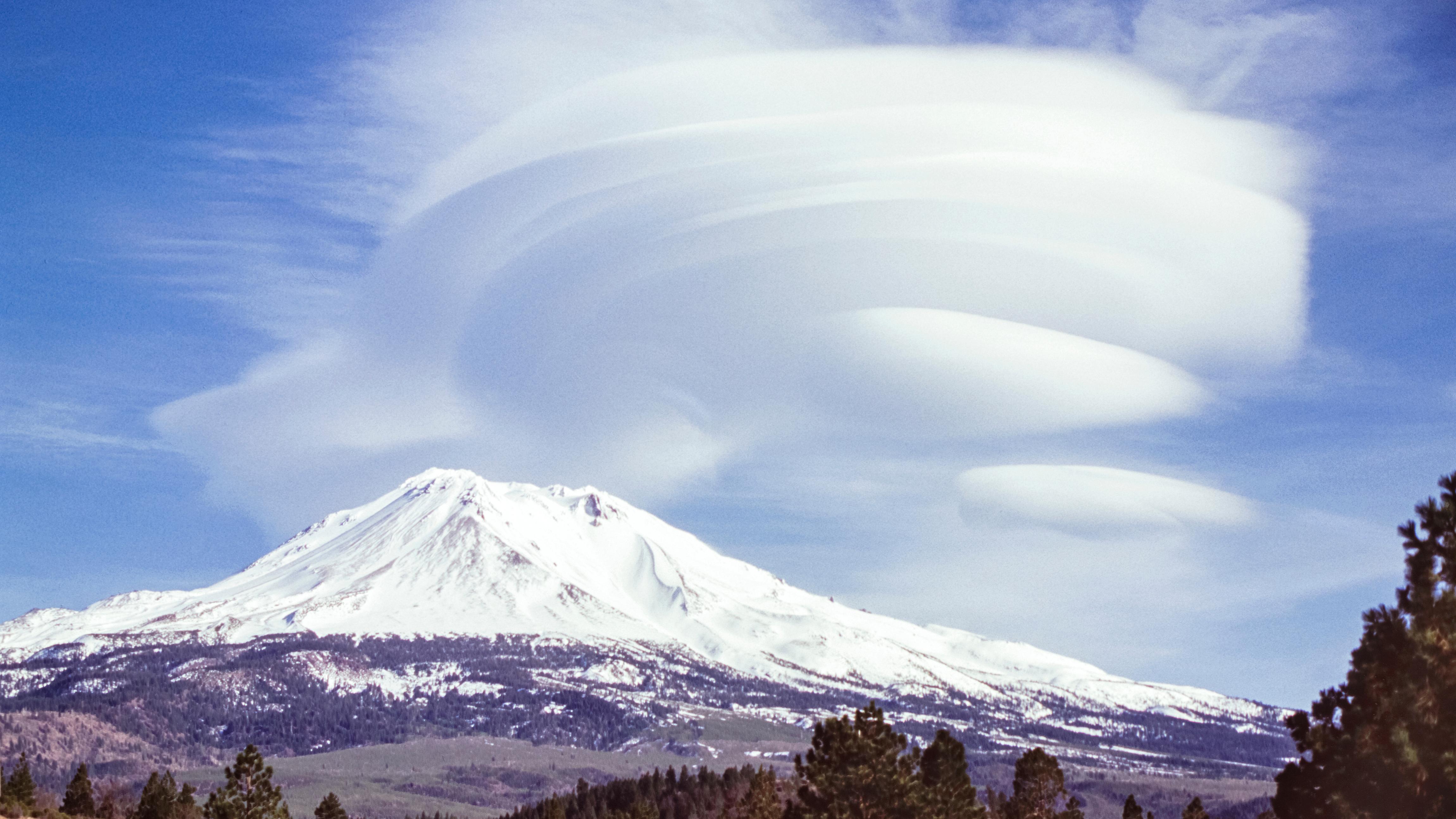 El monte Shasta es un volcán activo de Estados Unidos situado en el límite meridional de las montañas Cascade, en el condado de Siskiyou, perteneciente al estado de California