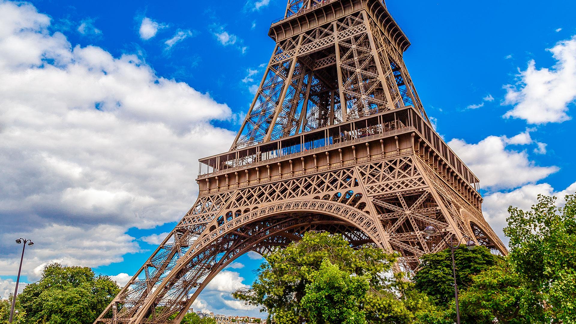 Situada en el extremo del Campo de Marte a la orilla del río Sena, este monumento parisino, símbolo de Francia y de su capital, es la estructura más alta de la ciudad y el monumento que cobra entrada más visitado del mundo, con 7,1 millones de turistas cada año