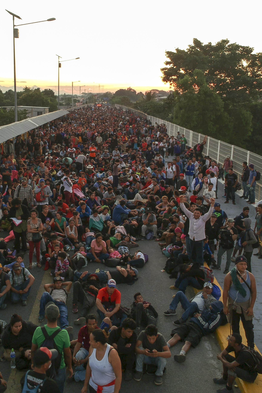 Integrantes de la caravana migrante en su mayoría hondureños a la espera de cruzar la frontera entre México y Honduras (Foto: Carlos Alonzo /AFP)