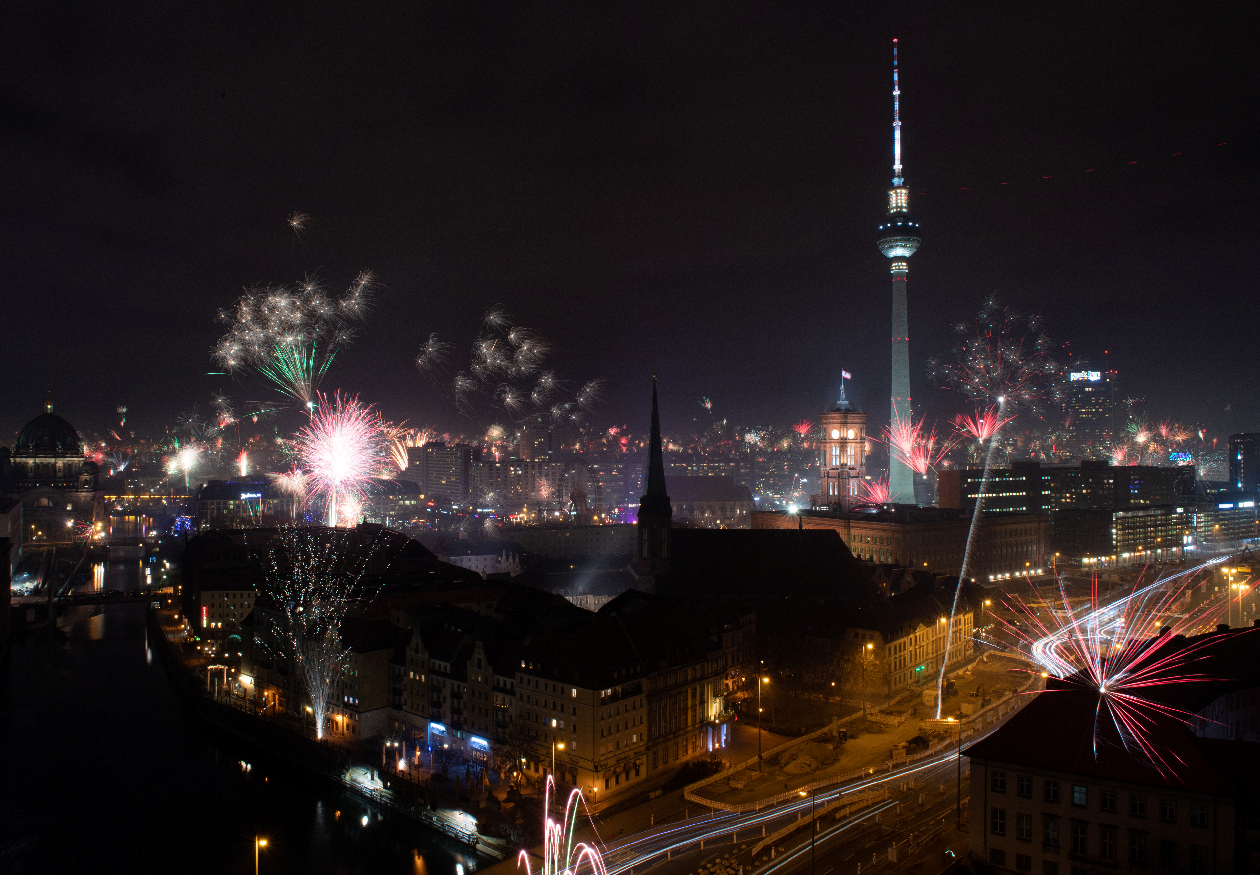 Muchos vecinos en Berlín se unieron a los festejos de Año Nuevo con fuegos artificiales en diversos barrios (REUTERS/Annegret Hilse)