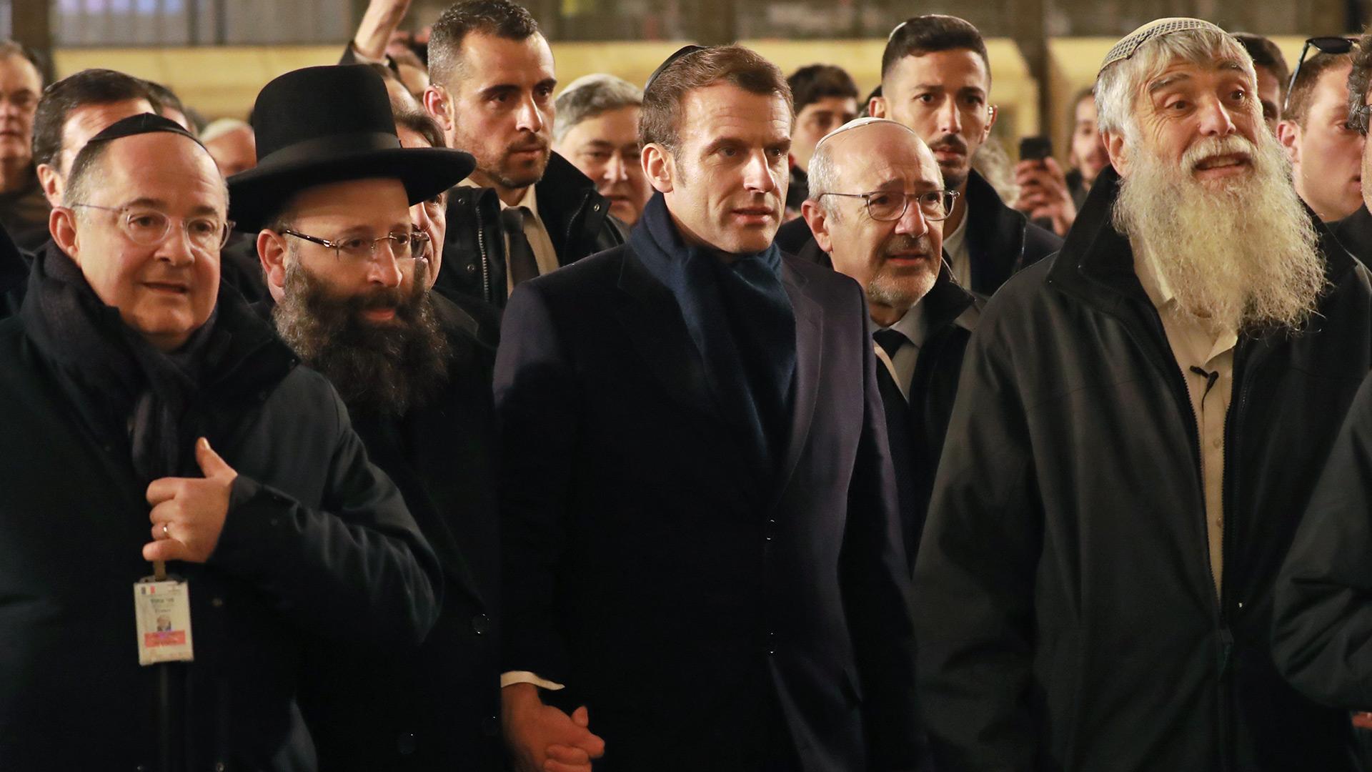 Rabbi Shmuel Rabinovitch (izq.) y el director general de la Fundación Heritage Mordechai Elias (der.) junto al presidente francés Emmanuel Macron (Photo by Ludovic MARIN / AFP)