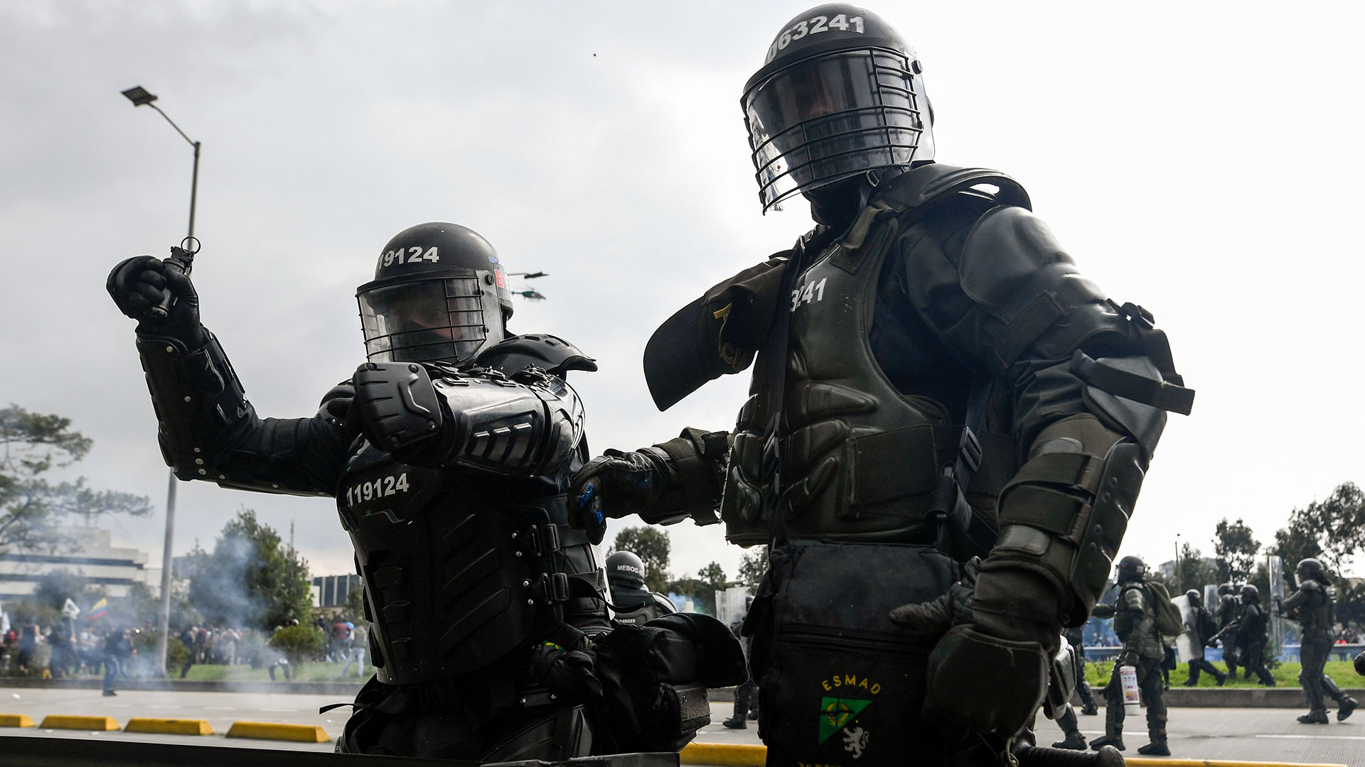 EDITORS NOTE: Graphic content / Riot police clash with demonstrators in Bogota, on November 21, 2019, during a nationwide strike called by students, unions and indigenous groups to protest against the government of Colombia's President Ivan Duque. (Photo by JUAN BARRETO / AFP)