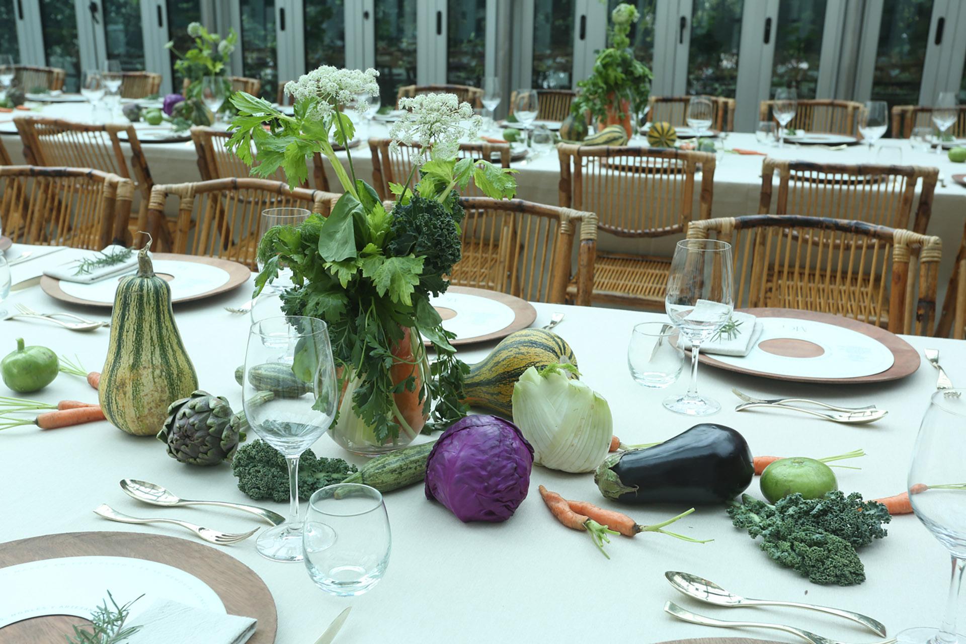 La mesa lista para un gran asado, en el lanzamiento de esta nueva línea de platos de diseño /// Fotos. Grupo MASS PR